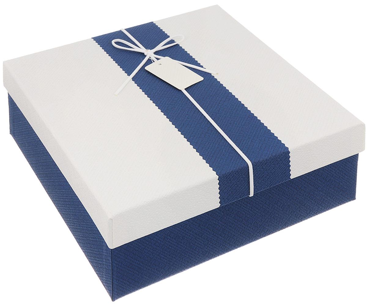 Коробка подарочная Packing Symphony Прямоугольник. Изыск 2, цвет: белый, темно-синий, 24 х 24 х 9,5 см80036993Подарочная коробка Packing Symphony Прямоугольник. Изыск 2 выполнена из картона и декорирована текстильным бантом. Это один из самых оригинальных вариантов упаковки для подарка. Любой, даже самый нестандартный подарок, упакованный в такую коробку, создаст момент легкой интриги, а плотный картон сохранит содержимое в первоначальном виде. Оригинальный дизайн самой коробки будет долго напоминать владельцу о трогательных моментах получения презента.