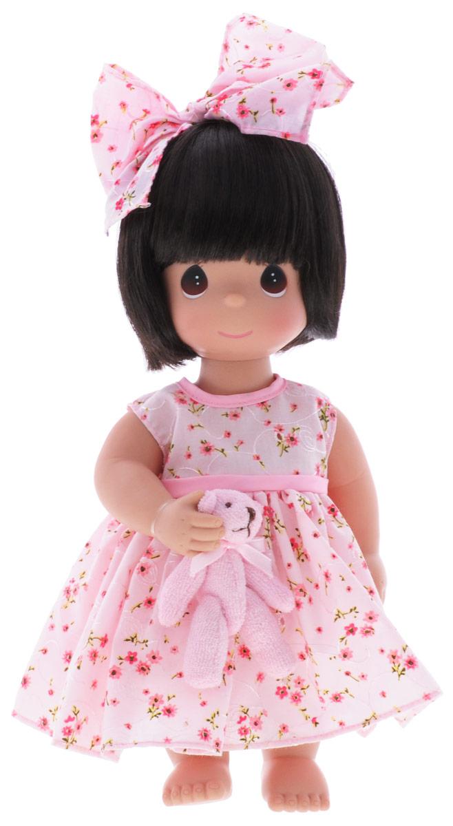Precious Moments Кукла Босоногая брюнетка4671Коллекция кукол Precious Moments ростом выше 30 см насчитывает на сегодняшний день более 600 видов. Куклы изготавливаются из качественного, безопасного материала и имеют пять базовых точек артикуляции. Каждый год в коллекцию добавляются все новые и новые модели. Каждая кукла имеет свой неповторимый образ и характер. Она может быть подарком на память о каком-либо событии в жизни. Куклы выполнены с любовью и нежностью, которую дарит нам известная волшебница - создатель кукол Линда Рик! Кукла Босоногая одета в розовое платье, украшенное цветочным принтом. Под платьем - розовые панталоны. Вся одежда у куклы съемная. Темные волосы куклы украшены розовым бантиком. У девочки большие карие глаза. В руках кукла держит плюшевого медвежонка. Игра с куклой разовьет в вашей малышке чувство ответственности и заботы. Порадуйте свою принцессу таким великолепным подарком!