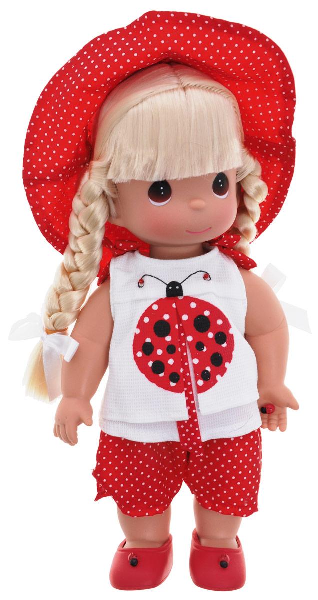 Precious Moments Кукла Горошинка блондинка4451Коллекция кукол Precious Moments ростом выше 30 см насчитывает на сегодняшний день более 600 видов. Куклы изготавливаются из качественного, безопасного материала и имеют пять базовых точек артикуляции. Каждый год в коллекцию добавляются все новые и новые модели. Каждая кукла имеет свой неповторимый образ и характер. Она может быть подарком на память о каком-либо событии в жизни. Куклы выполнены с любовью и нежностью, которую дарит нам известная волшебница - создатель кукол Линда Рик! Кукла Горошинка одета в красные шорты в горошек и белую маечку, украшенную изображением божьей коровки. На голове куклы - красная шляпка в горошек, на ногах - красные туфельки. Вся одежда у куклы съемная. У Горошинки светлые волосы, заплетенные в две косички, и большие карие глаза. В руке девочка держит божью коровку. Игра с куклой разовьет в вашей малышке чувство ответственности и заботы. Порадуйте свою принцессу таким великолепным подарком!