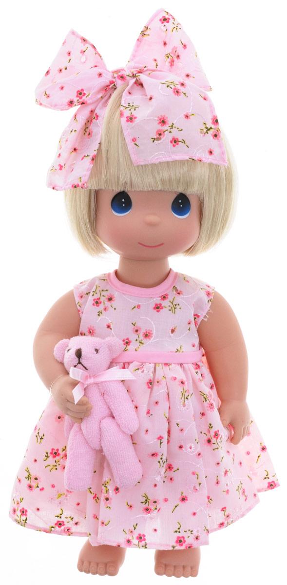 Precious Moments Кукла Босоногая блондинка4670Коллекция кукол Precious Moments ростом выше 30 см насчитывает на сегодняшний день более 600 видов. Куклы изготавливаются из качественного, безопасного материала и имеют пять базовых точек артикуляции. Каждый год в коллекцию добавляются все новые и новые модели. Каждая кукла имеет свой неповторимый образ и характер. Она может быть подарком на память о каком- либо событии в жизни. Куклы выполнены с любовью и нежностью, которую дарит нам известная волшебница - создатель кукол Линда Рик! Кукла Босоногая со светлыми волосами одета в розовое платье, украшенное цветочным принтом. Под платьем - розовые панталоны. Вся одежда у куклы съемная. У девочки большие синие глаза. В руках кукла держит плюшевого медвежонка. Игра с куклой разовьет в вашей малышке чувство ответственности и заботы. Порадуйте свою принцессу таким великолепным подарком!