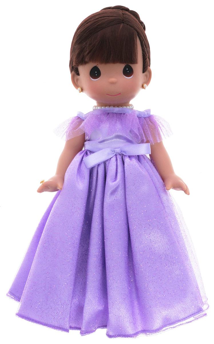 Precious Moments Кукла Самая красивая цвет волос темный4762Коллекция кукол Precious Moments ростом выше 30 см насчитывает на сегодняшний день более 600 видов. Куклы изготавливаются из качественного, безопасного материала и имеют пять базовых точек артикуляции. Каждый год в коллекцию добавляются все новые и новые модели. Каждая кукла имеет свой неповторимый образ и характер. Она может быть подарком на память о каком- либо событии в жизни. Куклы выполнены с любовью и нежностью, которую дарит нам известная волшебница - создатель кукол Линда Рик! Кукла Самая красивая обязательно привлечет внимание вашей дочурки. На кукле потрясающее сиреневое платье, украшенное блестками, а на шее красуется ожерелье. У куклы шикарные темные волосы, которые забраны вверх. Дополнением к образу служат серьги и колечко. Одежда куклы съемная. Кукла научит ребенка взаимодействовать с окружающими, а также поспособствует развитию воображения, логики и тактильного восприятия. Порадуйте свою принцессу таким великолепным подарком!