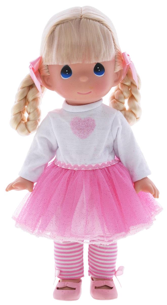 Precious Moments Кукла Модница4730Коллекция кукол Precious Moments ростом выше 30 см насчитывает на сегодняшний день более 600 видов. Куклы изготавливаются из качественного, безопасного материала и имеют пять базовых точек артикуляции. Каждый год в коллекцию добавляются все новые и новые модели. Каждая кукла имеет свой неповторимый образ и характер. Она может быть подарком на память о каком-либо событии в жизни. Куклы выполнены с любовью и нежностью, которую дарит нам известная волшебница - создатель кукол Линда Рик! Кукла Модница одета в платье с розовым блестящим подолом, полосатые лосины и розовые туфельки. У куклы светлые волосы, заплетенные в две косички с розовыми атласными бантиками. У девочки большие синие глаза. Игра с куклой разовьет в вашей малышке чувство ответственности и заботы. Порадуйте свою принцессу таким великолепным подарком!