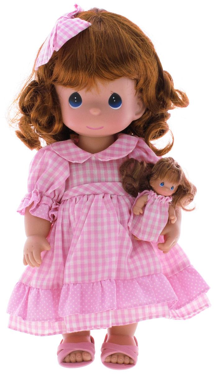Precious Moments Кукла Мечты Долли4680Коллекция кукол Precious Moments ростом выше 30 см насчитывает на сегодняшний день более 600 видов. Куклы изготавливаются из качественного, безопасного материала и имеют пять базовых точек артикуляции. Каждый год в коллекцию добавляются все новые и новые модели. Каждая кукла имеет свой неповторимый образ и характер. Она может быть подарком на память о каком-либо событии в жизни. Куклы выполнены с любовью и нежностью, которую дарит нам известная волшебница - создатель кукол Линда Рик! Кукла Мечты Долли одета в клетчатое платье и розовые сандалии. У куклы рыжие волнистые волосы, украшенные бантиком в тон платья. В руках девочка держит маленькую куколку. Игра с куклой разовьет в вашей малышке чувство ответственности и заботы. Порадуйте свою принцессу таким великолепным подарком!