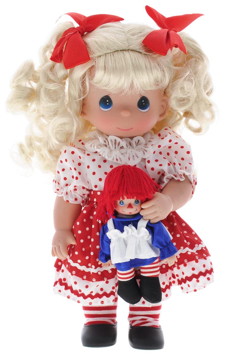 Precious Moments Кукла Тряпичная Энни4668Коллекция кукол Precious Moments ростом выше 30 см насчитывает на сегодняшний день более 600 видов. Куклы изготавливаются из качественного, безопасного материала и имеют пять базовых точек артикуляции. Каждый год в коллекцию добавляются все новые и новые модели. Каждая кукла имеет свой неповторимый образ и характер. Она может быть подарком на память о каком- либо событии в жизни. Куклы выполнены с любовью и нежностью, которую дарит нам известная волшебница - создатель кукол Линда Рик! Кукла Тряпичная Энни привлечет внимание вашей девочки. На кукле очаровательное платье в горох, на ногах - черные ботиночки. У куклы вьющиеся светлые волосы, которые украшены красными бантиками. В комплект с куклой входит игрушка в виде клоуна. Одежда куклы съемная. Кукла научит ребенка взаимодействовать с окружающими, а также поспособствует развитию воображения, логики и тактильного восприятия. Порадуйте свою принцессу таким великолепным подарком!