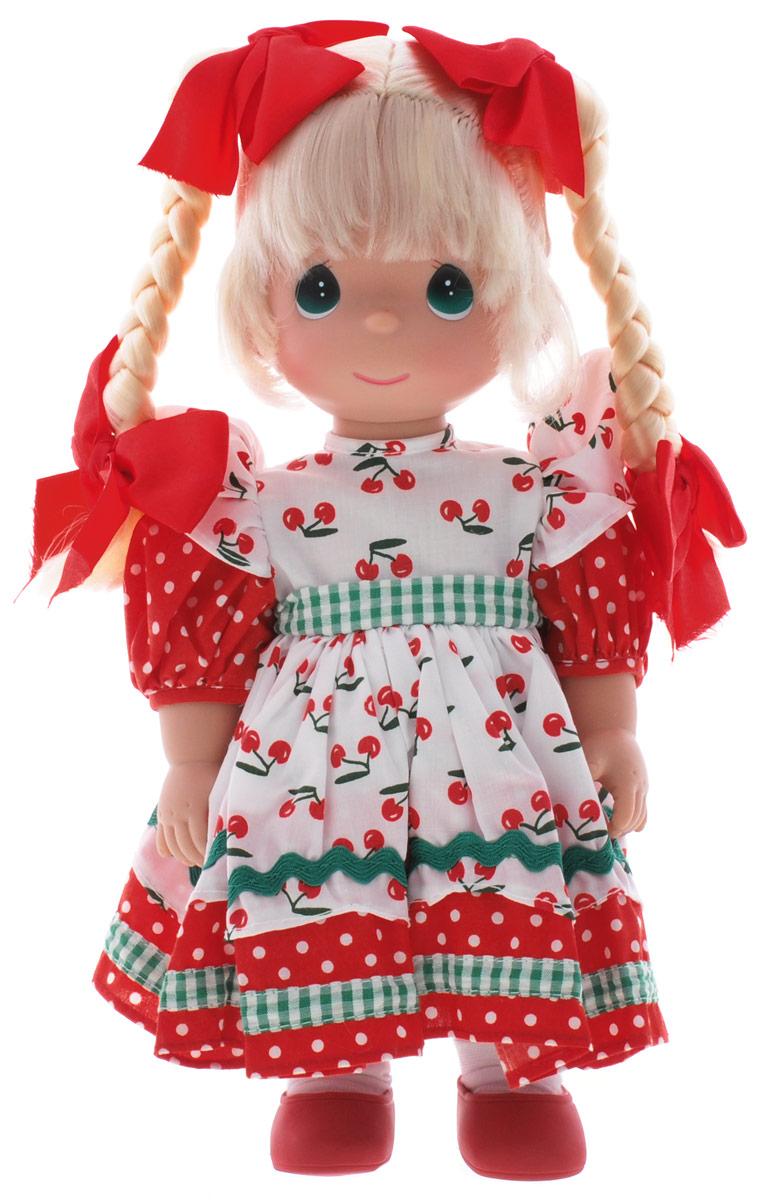 Precious Moments Кукла Вишневая тропинка4638Коллекция кукол Precious Moments ростом выше 30 см насчитывает на сегодняшний день более 600 видов. Куклы изготавливаются из качественного, безопасного материала и имеют пять базовых точек артикуляции. Каждый год в коллекцию добавляются все новые и новые модели. Каждая кукла имеет свой неповторимый образ и характер. Она может быть подарком на память о каком- либо событии в жизни. Куклы выполнены с любовью и нежностью, которую дарит нам известная волшебница - создатель кукол Линда Рик! Кукла Вишневая тропинка станет отличным подарком для любой девочки на день рождения или другой праздник. Кукла одета в длинное легкое платье, украшенное принтом, а на ногах - белые носочки и красные туфельки. Светлые волосы заплетены в две косички, украшенные бантиками. На милом личике большие глаза изумрудного цвета. Вся одежды куклы съемная. Игры с куклой способствуют эмоциональному развитию ребенка, а также помогают формировать воображение и художественный вкус. ...