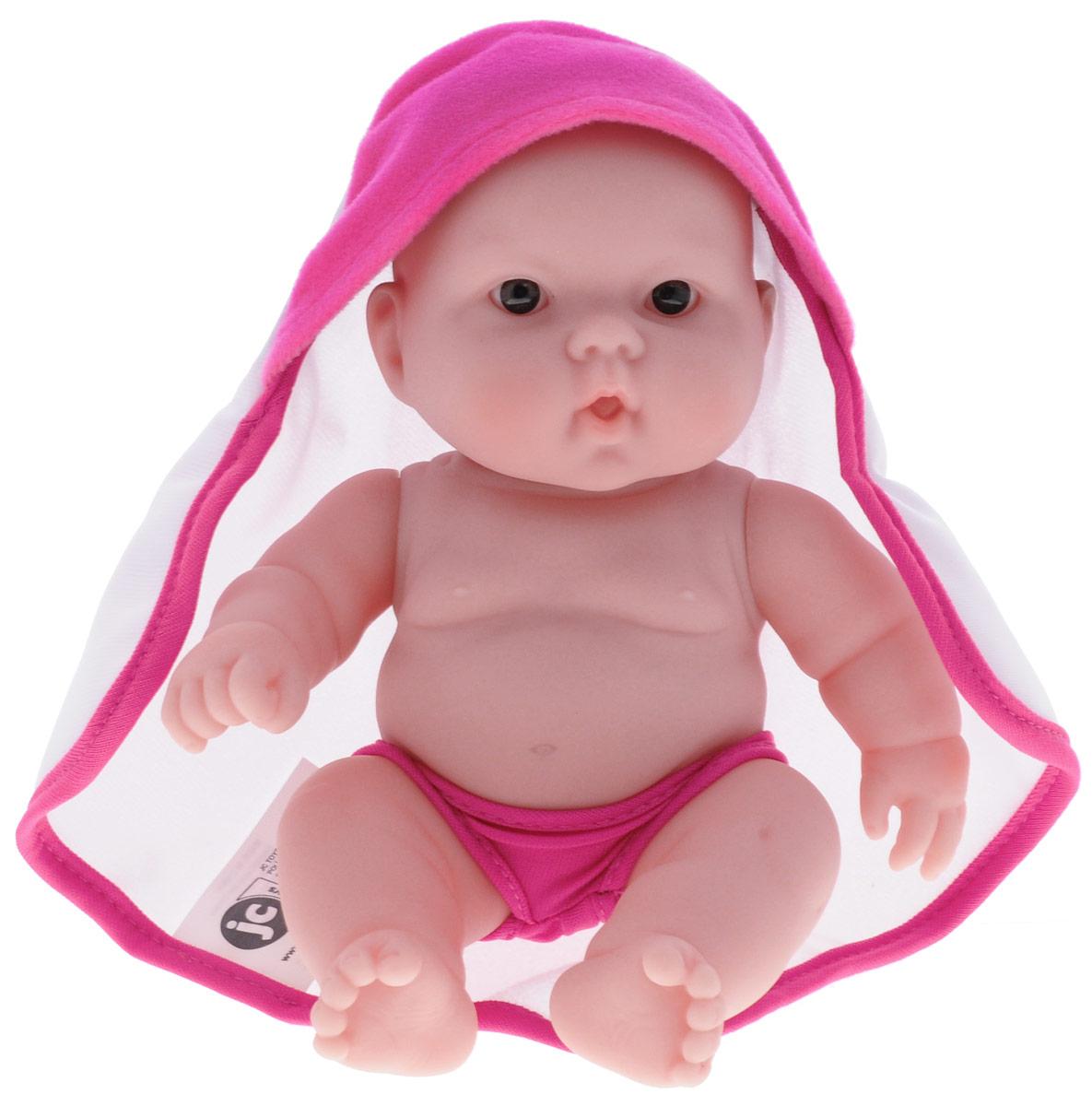 JC Toys Пупс цвет одежды малиновый белый16822_белый,малиновый/вид 2Пупс JC Toys непременно приведет в восторг вашу дочурку. Он выполнен из высококачественных и безопасных материалов. Симпатичный пупс одет в малиновые трусики и накидку с капюшоном. Руки, ноги и голова куклы подвижны, что позволяет придавать ей разнообразные позы. Игры с куклой способствуют эмоциональному развитию, помогают формировать воображение и художественный вкус, а также разовьют в вашей малышке чувство ответственности и заботы. Великолепное качество исполнения делают эту игрушку чудесным подарком к любому празднику.