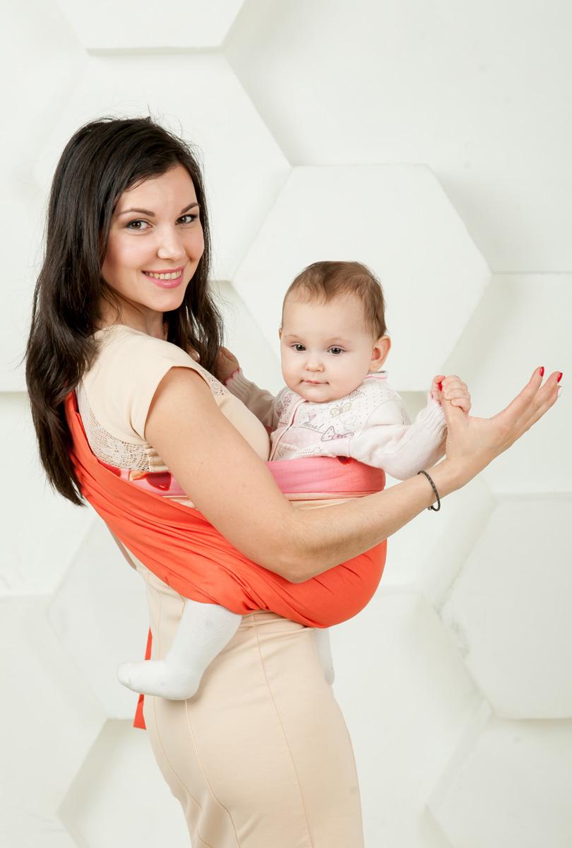 Мамарада Слинг с кольцами Коралл размер S538Слинг с кольцами позволяет носить ребенка как горизонтально в положении Колыбелька так и в вертикальном положении. В слинге в положении Колыбелька малыш располагается точно так же, как у мамы на руках, что особенно актуально для новорожденного. Ткань слинга равномерно поддерживает спинку малыша по всей длине. Малышу комфортно и спокойно рядом с мамой. Мама в это время может заняться полезными делами или прогуляться. В положении Колыбелька очень удобно кормить ребенка грудью. В слинге в вертикальном положении ножки ребенка разводятся «лягушкой». Это положение снимает нагрузку с копчика — ребенок поддерживается нижним бортиком слинга под коленками, а верхним прижимается к маминой груди. Положение ребенка в слинге «лягушкой» – прекрасная профилактика дисплазии. Слинг из Пакистанской бязи (хлопок 100%) При изготовлении этого вида ткани используются очень тонкие нити, но плотно переплетенные, за счет чего ткань становится тонкой, но очень прочной, гладкой и мягкой....