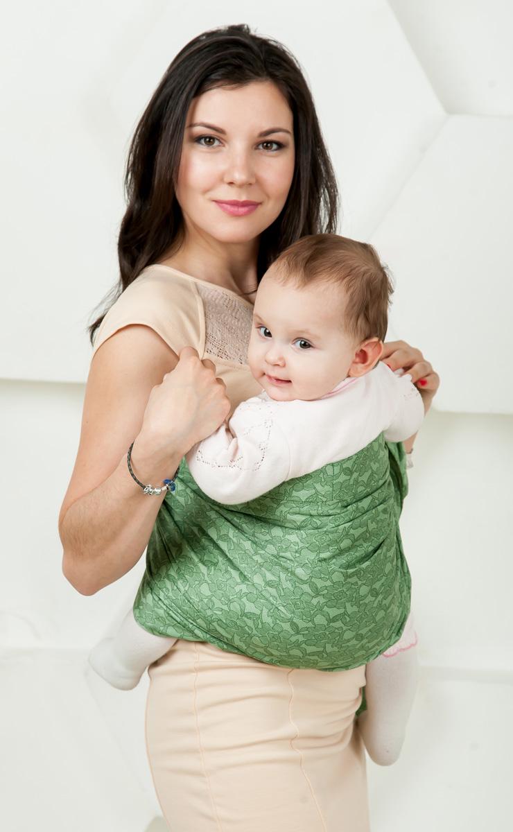Мамарада Слинг с кольцами Линда размер S7080Слинг с кольцами позволяет носить ребенка как горизонтально в положении Колыбелька так и в вертикальном положении. В слинге в положении Колыбелька малыш располагается точно так же, как у мамы на руках, что особенно актуально для новорожденного. Ткань слинга равномерно поддерживает спинку малыша по всей длине. Малышу комфортно и спокойно рядом с мамой. Мама в это время может заняться полезными делами или прогуляться. В положении Колыбелька очень удобно кормить ребенка грудью. В слинге в вертикальном положении ножки ребенка разводятся «лягушкой». Это положение снимает нагрузку с копчика — ребенок поддерживается нижним бортиком слинга за подколенки, а верхним прижимается к маминой груди. Положение ребенка в слинге «лягушкой» – прекрасная профилактика дисплазии. Шикарный сатин немецкого качества. Слинг для дома и улицы. Состав - хлопок 100% (сатин), кольца металл 6 см.