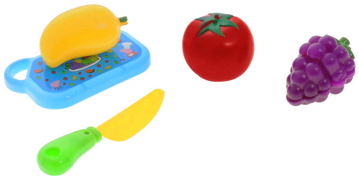 Peppa Pig Игрушечный набор фруктов и овощей29888С игрушечным набором фруктов и овощей Peppa Pig юные фантазеры смогут организовать множество увлекательных сюжетно-ролевых игр, во время которых у них будут развиваться навыки общения, словарный запас, моторика и, конечно, интерес к кулинарии, что особенно важно для развития хозяйственности в девочках. В наборе 5 предметов: помидор, виноград, перец (каждый продукт разделен на 2 половинки, а соединяется при помощи липучки), разделочная доска, безопасный ножик. Игрушки выполнены из высококачественного пластика, не имеют острых углов.