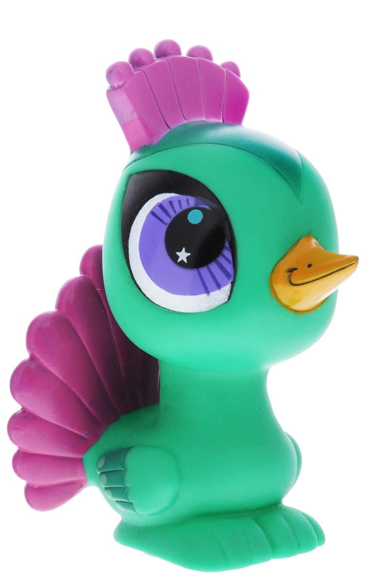 Играем вместе Игрушка для ванной Littlest Pet Shop Павлин44R_зеленыйИгрушка для ванной Играем вместе Littlest Pet Shop: Павлин понравится вашему малышу и развлечет его во время купания. Она выполнена из безопасного материала в виде героя мультфильма Маленький зоомагазин. Размер игрушки идеален для маленьких ручек малыша. Если сжать ее во время купания в ванной, игрушка начинает брызгаться водой, а при нажатии раздается забавный писк. Игрушка способствует развитию воображения, цветового восприятия, тактильных ощущений и мелкой моторики рук.