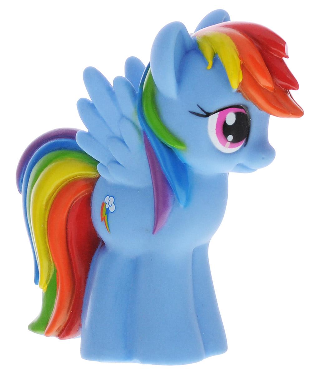 Играем вместе Игрушка для ванной My Little Pony Радуга Дэш47RUS_голубойИгрушка для ванной Играем вместе My Little Pony: Радуга Дэш способна занять малыша на все время купания. Она изготовлена из высококачественных и безопасных материалов. Игрушка выполнена в виде пони Rainbow Dash. Игрушка несомненно принесет вашему малышу море позитива, а обычное купание превратит в веселую игру. С такой игрушкой ребенок может развивать мелкую моторику рук, концентрацию внимания и даже воображение. Порадуйте свою кроху такой необычной игрушкой!