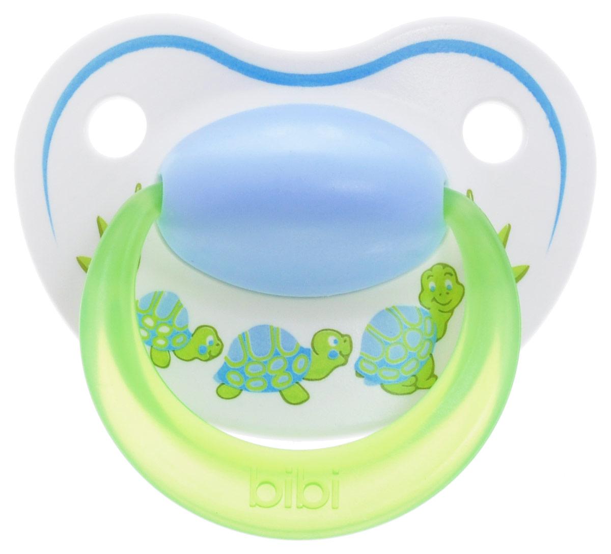 Bibi Пустышка силиконовая Happiness Черепашки от 0 до 6 месяцев113209_голубой, салатовый, черепахиСиликоновая пустышка Bibi Happiness. Черепашки предназначена для детей от 0 до 6 месяцев. Размер соски разработан в соответствии с возрастом ребенка. Силикон - это мягкий и прозрачный материал, который не липнет и легко моется. Мягкий и гибкий наконечник способствует естественному развитию десен и челюстей. Анатомическая форма нагубника повторяет форму рта и обеспечивает удобство при движении нижней челюсти. Дополнительную безопасность обеспечивают два вентиляционных отверстия. Все материалы абсолютно безопасны для здоровья ребенка. Силиконовая пустышка Bibi Happiness - это модный аксессуар, сочетающий качество, функциональность и положительные эмоции. Не содержит бисфенол А. В наборе пустышка с колпачком.