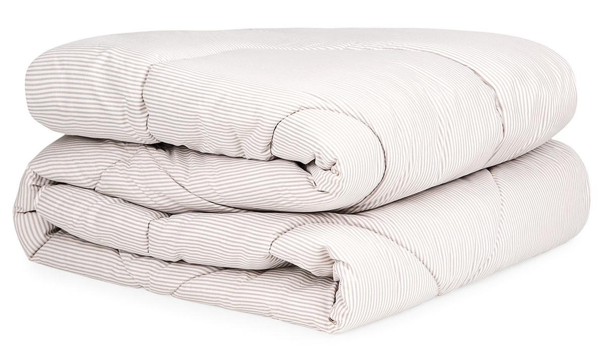 Одеяло TOP COOL, 200х21020.04.15.0061Одеяло Top Cool из коллекции Classic. Состав: верх - 100% микрофибра, наполнитель – 100% полиэфирное волокно. Детали: одеяло стеганое, классический крой, скругленные углы, чехол на молнии из терморегулирующей ткани, рисунок полоска, кант. Цвет: экрю. Комплектация: 1 предмет. Размеры: 200х210. Уход: Рекомендуется чистить в соответствии с символами, указанными на лейбле. Сушите в сухом и теплом помещении на горизонтальной поверхности, периодически взбивая. Время от времени проветривайте изделие на свежем воздухе в сухую солнечную погоду. Для длительного хранения и транспортировки используйте упаковку, в которой изделие находилось при покупке. Одеяло Top Cool в чехле из высокотехнологичного, экологически чистого материала - микрофибры, наполнит вас легкостью, освежит и снимет напряжение в конце длинного дня. Это одеяло отличает исключительная гигроскопичность: оно отлично впитывает влагу и тут же испаряет ее, оставаясь сухим, легким и свежим. Благодаря терморегулирующим...