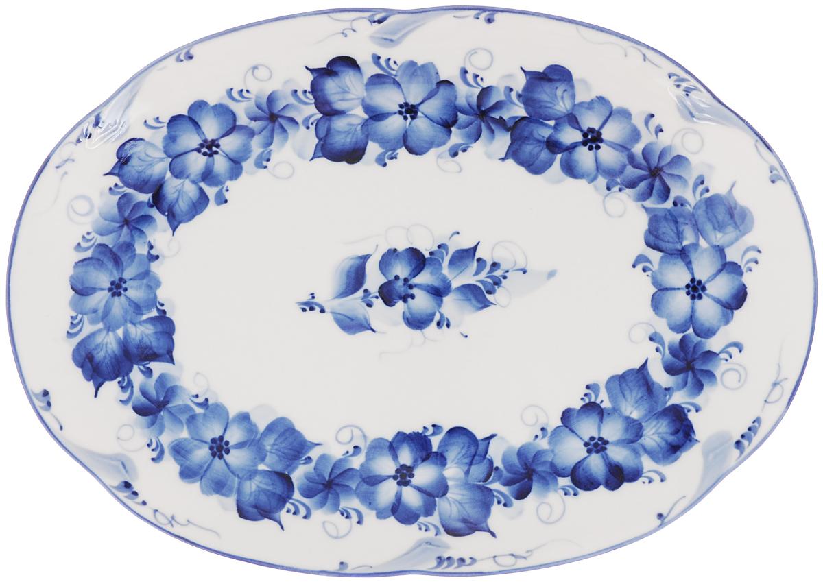 Блюдо Гжельские узоры, цвет: белый, синий, 32 х 23 х 3 см. 993057301993057301Блюдо Гжельские узоры выполнено из высококачественной керамики и украшено легкой росписью кобальтом, которая сочетает простые линии и орнаменты с красивыми цветочными узорами. Изделие предназначено для красивой сервировки стола. Гжель - один из традиционных российских центров производства керамики и известный народный художественный промысел России. Производят изделия в Московской области, в обширном районе из 27 деревень, называемых Гжельский куст. Профессиональные мастера сохраняют традиции росписи и создают истинные шедевры. Ей характерна изящная роспись в синих тонах на белом фоне. Традиционными считаются изображения птиц, цветов и узоров. Обращаем ваше внимание, что роспись на изделии сделана вручную. Рисунок может немного отличаться от изображения на фотографии. Размер: 32 х 23 х 3 см.
