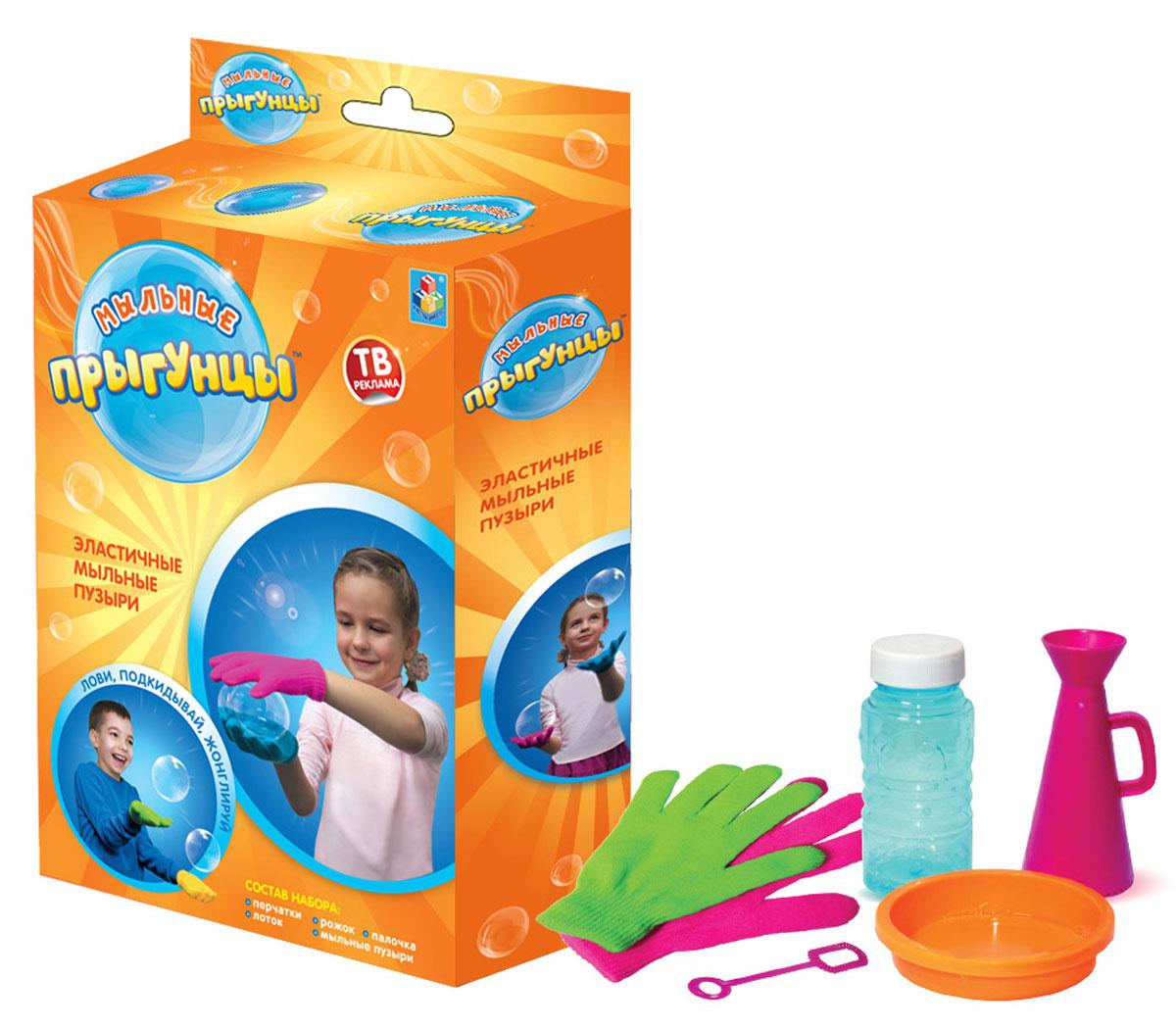 1TOY Мыльные пузыри Прыгунцы в коробке 80 млТ58674Мыльные Прыгунцы - эластичные пузыри, с которыми весело играть, ловить, подкидывать и жонглировать! Благодаря волшебной мыльной жидкости и перчаткам мыльные пузыри не лопаются в руке. Подкидывайте пузырь, жонглируйте, удивляйте друзей! Играть Мыльными Прыгунцами можно как дома, так и на улице в безветренную погоду!