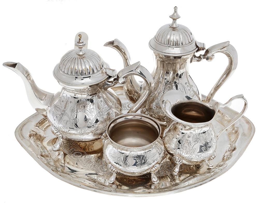 Чайно-кофейный набор из 5 предметов. Металл, глубокое серебрение E.P.N.S, гравировка. Великобритания, первая половина XX векаОС27728Чайно-кофейный набор из 4 предметов: сахарница, чайник, сливочник, кофейник, поднос. Металл, глубокое серебрение, гравировка Маркировка: на чайнике тисненое клеймо E.P.N.S Датировка: Великобритания, первая половина ХХ века. Размеры: Чайник: высота 19 см, диаметр 11 см. Кофейник: высота 22 см, диаметр 11 см. Сахарница: высота 7 см, диаметр 9 см. Сливочник: высота 10 см, диаметр 8 см. Поднос - 40 х 29 см. Сохранность коллекционная, без повреждений, без утрат.
