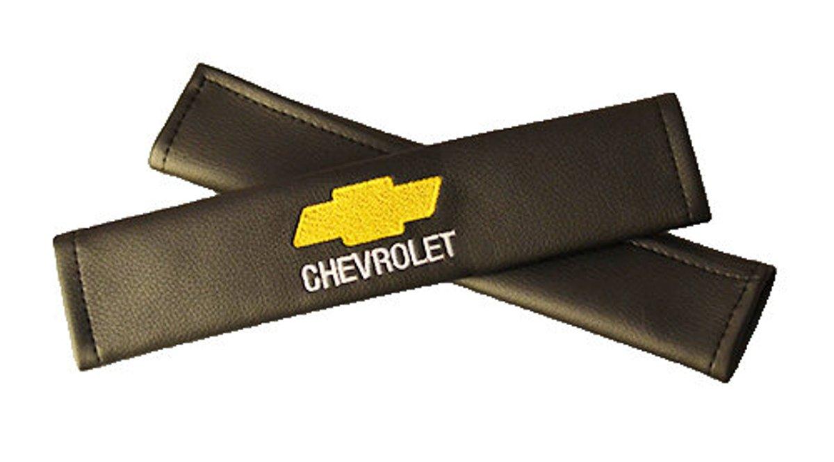 Накладки на ремень безопасности Auto Premium CHEVROLET, 2 шт67007Накладка на ремень безопасности легко закрепляется на ремне и решает ряд назойливых проблем: Ремень больше не натрет плечо, благодаря тому,что накладка сделана из мягкой экокожи и не мешает движению ремня. Накладка на ремень позволит защитить Вашу одежду от следов ремня безопасности. В жаркую погоду в местах соприкосновения с ремнем кожа не будет потеть, так как накладка выполнена из дышащего материала.