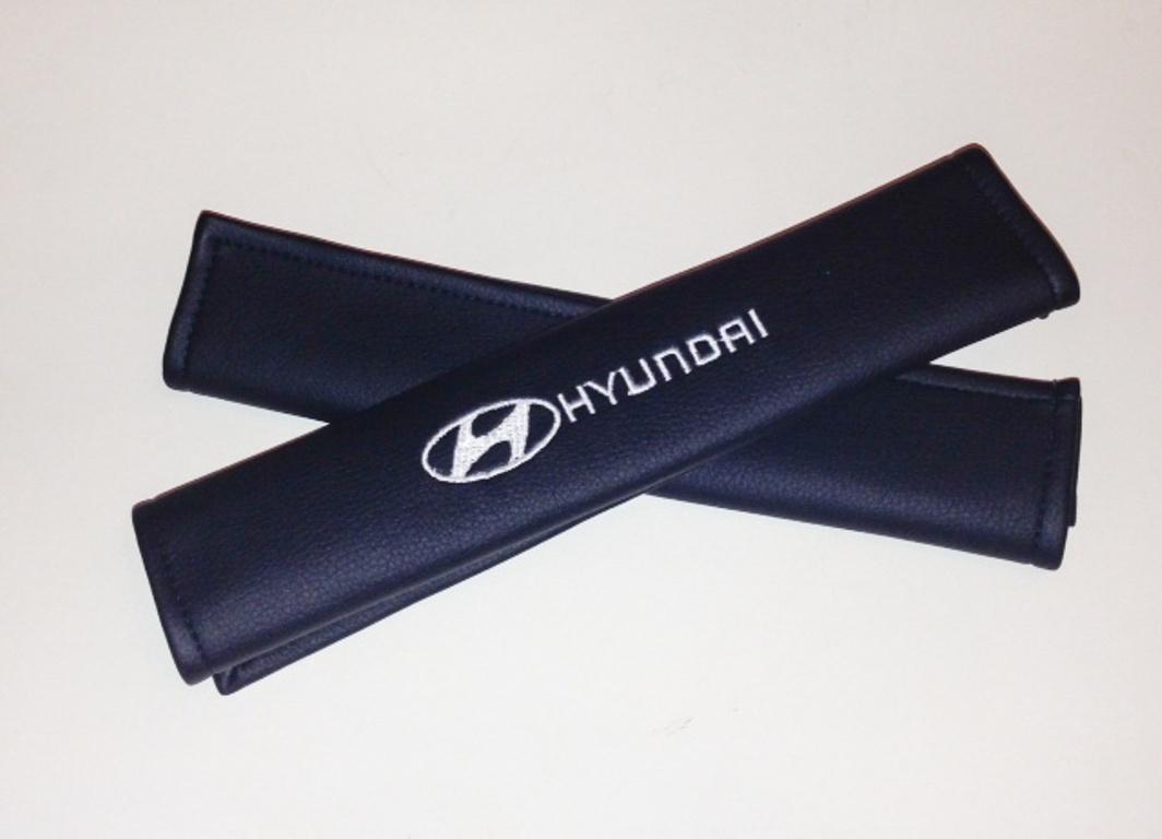 Накладки на ремень безопасности Auto Premium HYUNDAI, 2 шт67009Накладка на ремень безопасности легко закрепляется на ремне и решает ряд назойливых проблем: Ремень больше не натрет плечо, благодаря тому,что накладка сделана из мягкой экокожи и не мешает движению ремня. Накладка на ремень позволит защитить Вашу одежду от следов ремня безопасности. В жаркую погоду в местах соприкосновения с ремнем кожа не будет потеть, так как накладка выполнена из дышащего материала.