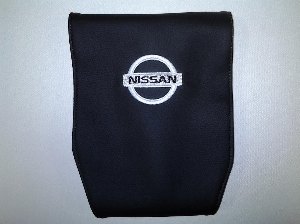 Чехол на подголовник Auto Premium NISSAN, 2 шт67105Простая, эффектная и эффективная защита подголовника автомобиля. Накладка легко закрепляется вокруг подголовника и служит надежной защитой от загрязнения. В отличие от ткани экокожа более практичный, износостойкий и долговечный материал, такой чехол легко чистится влажной тряпкой.