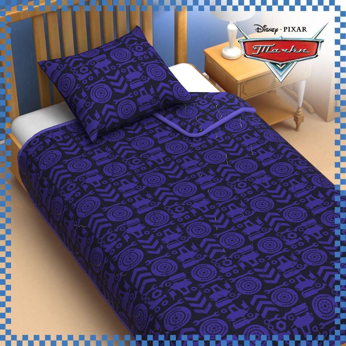 Disney Одеяло 1,5 спальное Тачки 140 х 205 см 11531711153171Сказочные сны с любимыми героями Disney. Маленький любитель мультфильмов Disney будет в восторге от этого яркого одеяла ! Оно подарит крохе захватывающие сны и по-настоящему доброе утро. Почему? Потому что одеяло изготовлено в России на современном оборудовании, а при нанесении рисунка использовались только качественные европейские красители. Над дизайном работала команда настоящих мастеров своего дела: очаровательные персонажи мультфильмов, детально проработанная картинка, гармоничное сочетание цветов — всё это результат их кропотливой работы. В качестве наполнителя для изделия используется файбер — практичный, безопасный и мягкий материал. Именно поэтому одеяло: поддерживает комфортную температуру тела во время сна; не способствует появлению аллергии и раздражения; позволяет коже дышать и впитывает влагу; хорошо переносит многочисленные стирки, сохраняя первоначальную форму и внешний вид; Чехол выполнен из поплина — прочной, невероятно...