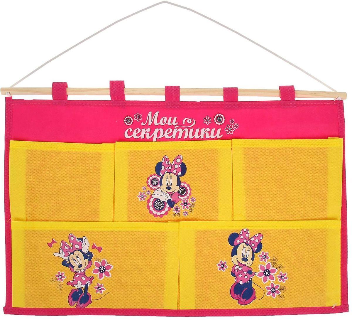 Disney Кармашки настенные на 5 отделений Мои секретики Минни Маус1162111Порядок с любимыми героями Disney. Украсьте комнату ребёнка стильным и полезным аксессуаром. Настенные кармашки организуют вещи малышки и помогут содержать комнату в чистоте и порядке. Положите туда игрушки или одежду, и детская преобразится! Кармашки даже можно использовать в ванной комнате. Набор из нетканого материала спанбонд крепится на деревянную палочку, а вся конструкция подвешивается за верёвку. Яркие рисунки с любимыми персонажами нанесены по термотрансферной технологии. Изделие упаковано в прозрачный пакет, к которому прилагается небольшой шильд с героем Disney, где можно написать тёплые слова и пожелания для адресата. Соберите коллекцию аксессуаров с любимыми героями!