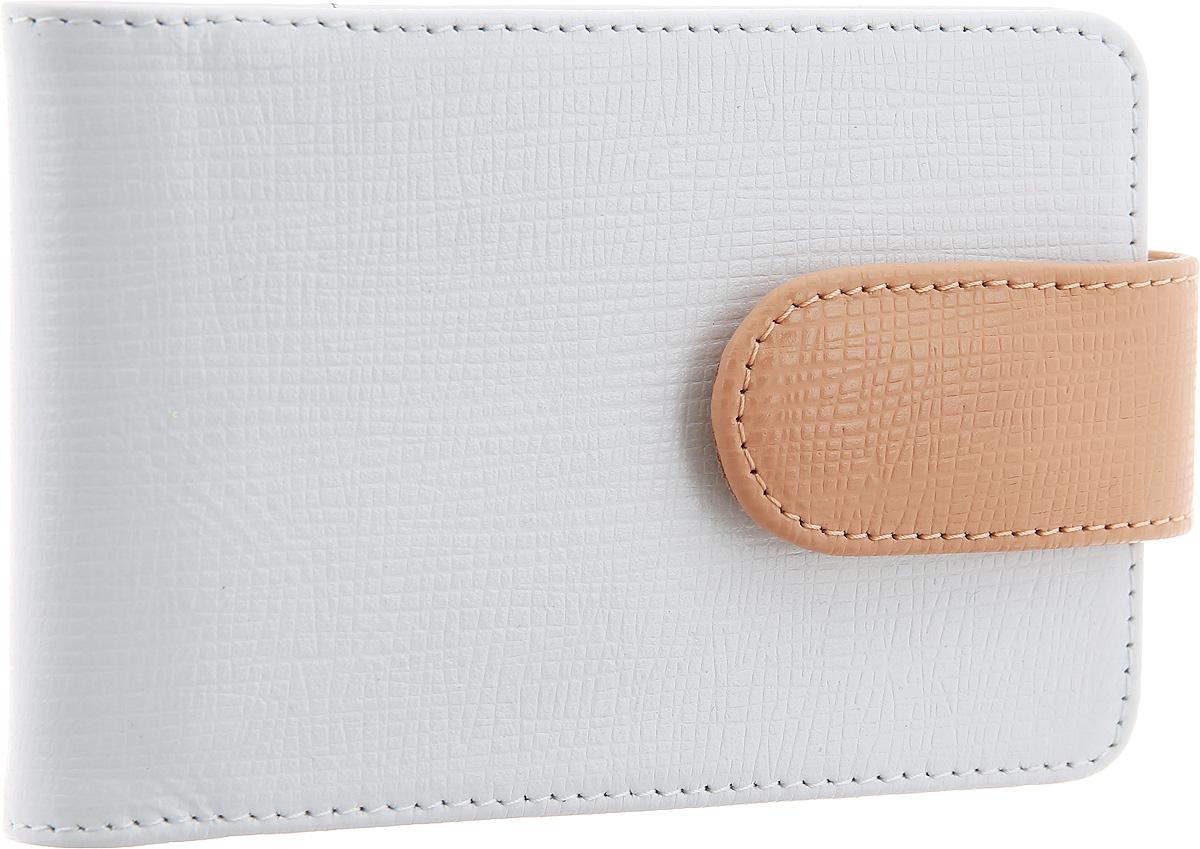 Визитница горизонтальная Esse Linda, цвет: белый, персиковый. GLND00-00KN00-FF441O-K100GLND00-00KN00-FF441O-K100Практичная горизонтальная визитница Esse Linda выполнена из натуральной кожи с декоративным тиснением. Изделие закрывается хлястиком на магнитную кнопку, внутри расположен съемный вкладыш, включающий в себя 18 прозрачных файлов для визиток или пластиковых карт. Изделие поставляется в фирменной упаковке с символикой бренда. Такая визитница станет отличным подарком для человека, который ценит качественные и практичные вещи.