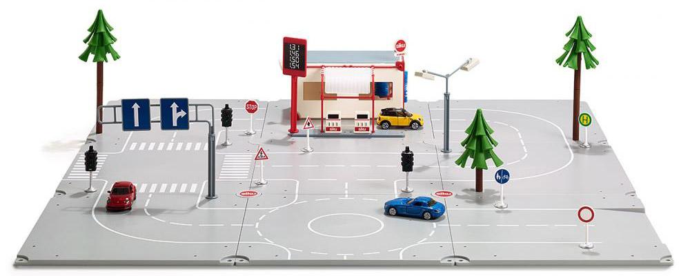 Siku Игровой набор Startset Stadt5501Игровой набор Siku Startset Stardt - прекрасный стартовый набор и отличный подарок для мальчика любого возраста. Набор включает все самое необходимое для создания различных автомобильных дорожных ситуаций. Из девяти элементов можно создать дорожную модель и придумывать различные автомобильные приключения. Прочные и надежные детали создают идеальную дорожную платформу и неограниченные возможности для фантазии ребенка. Набор включает в себя также заправочную станцию, деревья, уличные фонари и светофоры, которые могут быть расположены на платформе, благодаря специальным креплениям. Детальные надписи, дорожные знаки и пешеходные переходы создают абсолютно реалистичные возможности для игры. В набор входит: 9 элементов дорожного полотна, 3 машинки (синяя, красная и желтая), автозаправочная станция с автомойкой, 3 дерева, 6 дорожных знаков, 4 светофора, аксессуары. Набор поможет разнообразить игру вашего ребенка и познакомит его с первыми правилами дорожного...