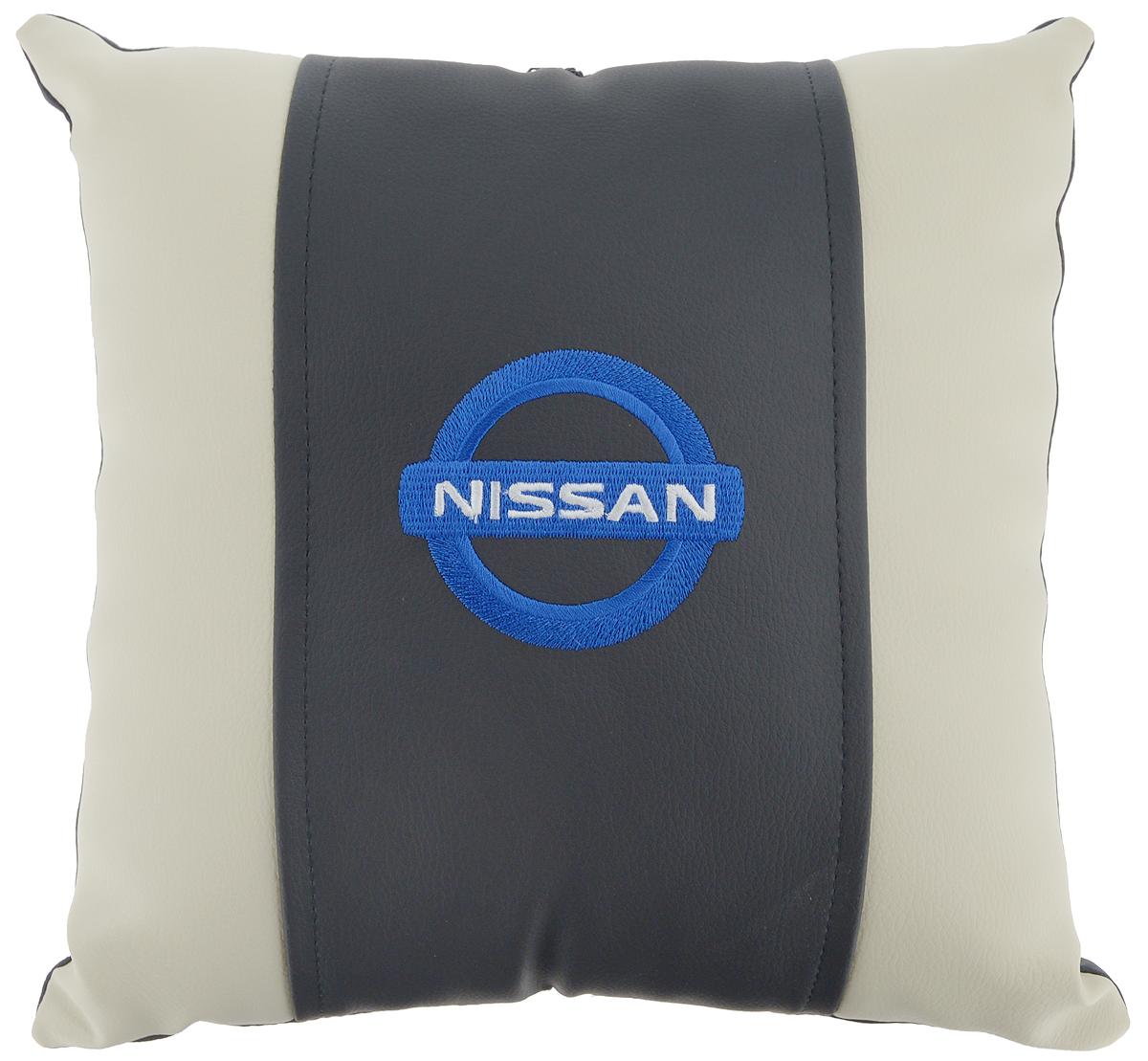 Подушка на сиденье Autoparts Nissan, 30 х 30 смМ044Подушка на сиденье Autoparts Nissan создана для тех, кто весь свой день вынужден проводить за рулем. Чехол выполнен из высококачественной дышащей экокожи. Наполнителем служит холлофайбер. На задней части подушки имеется змейка. Особенности подушки: - Хорошо проветривается. - Предупреждает потение. - Поддерживает комфортную температуру. - Обминается по форме тела. - Улучшает кровообращение. - Исключает затечные явления. - Предупреждает развитие заболеваний, связанных с сидячим образом жизни. Подушка также будет полезна и дома - при работе за компьютером, школьникам - при выполнении домашних работ, да и в любимом кресле перед телевизором.