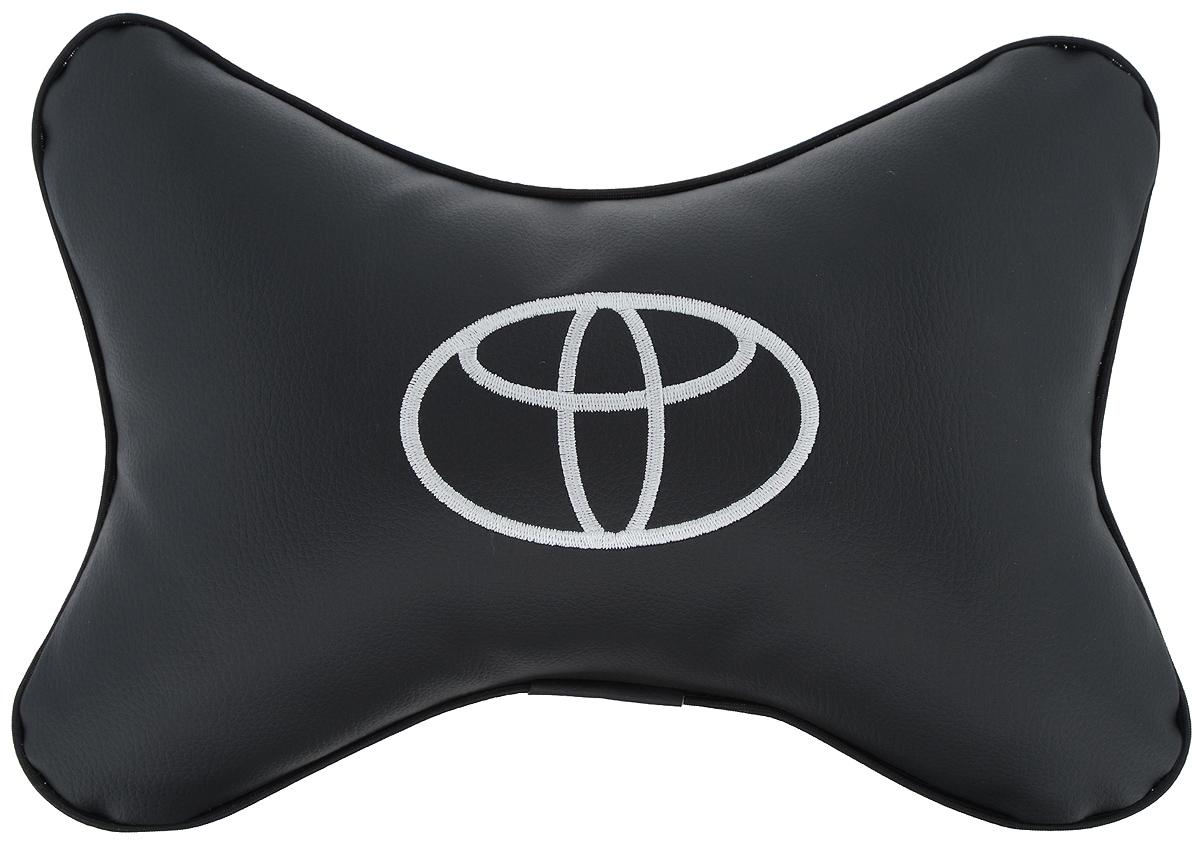 Подушка автомобильная Autoparts Toyota, на подголовник, цвет: черный, белый, 30 х 20 смМ13Автомобильная подушка Autoparts Toyota, выполненная из эко-кожи с мягким наполнителем из холлофайбера, снимает усталость с шейных мышц, обеспечивает правильное положение головы и амортизирует нагрузки на шейные позвонки при резком маневрировании. Ее можно зафиксировать на подголовнике с помощью регулируемого по длине ремня. На изделии имеется молния, с помощью которой вы с легкостью сможете поменять наполнитель. Если ваши пассажиры захотят вздремнуть, то подушка под голову окажется очень кстати и поможет расслабиться.