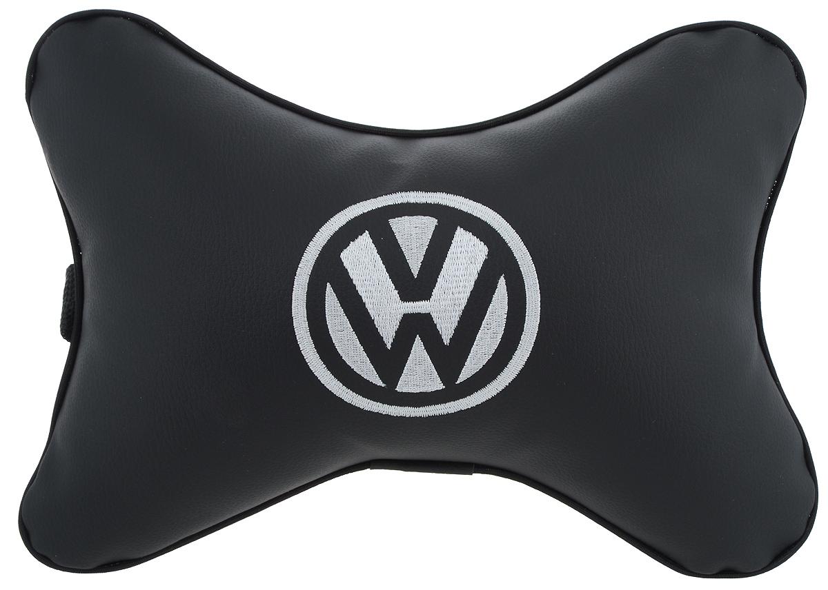Подушка автомобильная Autoparts Volkswagen, на подголовник, цвет: черный, белый, 30 х 20 смМ10Автомобильная подушка Autoparts Volkswagen, выполненная из эко-кожи с мягким наполнителем из холлофайбера, снимает усталость с шейных мышц, обеспечивает правильное положение головы и амортизирует нагрузки на шейные позвонки при резком маневрировании. Ее можно зафиксировать на подголовнике с помощью регулируемого по длине ремня. На изделии имеется молния, с помощью которой вы с легкостью сможете поменять наполнитель. Если ваши пассажиры захотят вздремнуть, то подушка под голову окажется очень кстати и поможет расслабиться.