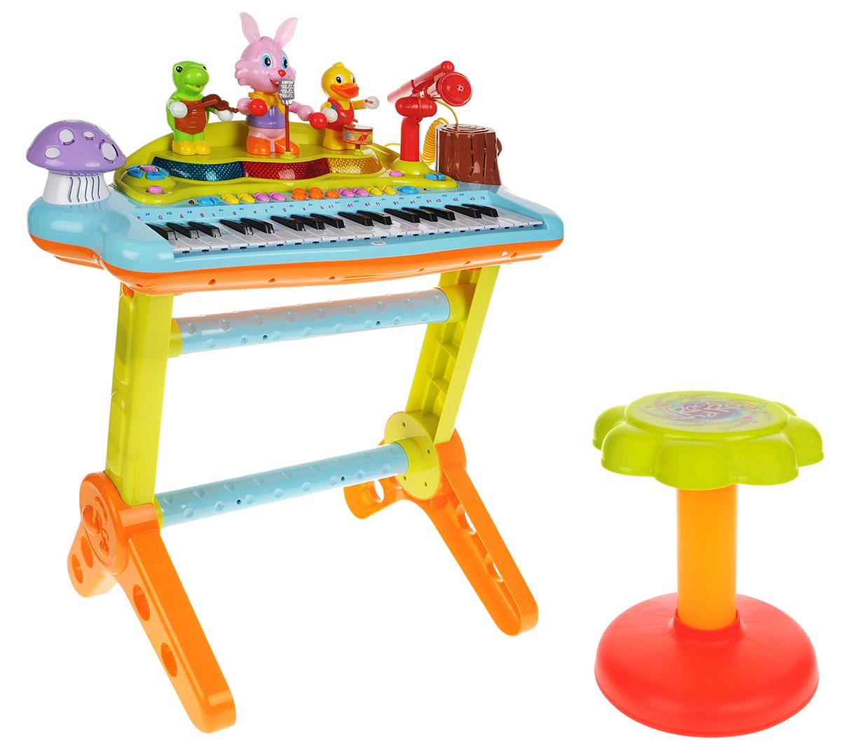 Huile Toys Развивающая игрушка Электронное пианино669Развивающая игрушка Huile Toys Электронное пианино - это многофункциональная игрушка, с помощью которой ребенок сможет развивать музыкальные способности. Пианино установлено на стойку, в комплекте также имеется стульчик. С помощью микрофона под аккомпанемент веселого ансамбля лесных друзей ваш малыш сможет спеть и записать свой музыкальный шедевр. Игрушка оснащена двумя режимами проигрывания музыки, тремя режимами для обучения игре на пианино, а также имеются 8 различных музыкальных стилей и 22 песни на выбор. С помощью электронного пианино ребенок сможет развивать следующие навыки: цветовосприятие; восприятие звуков; мелкую моторику; координацию движений и музыкальный слух. Необходимо купить 4 батарейки напряжением 1,5V типа АА (не входят в комплект).