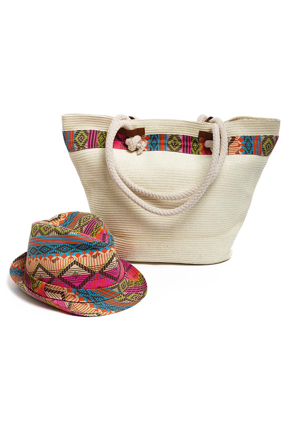 Комплект Moltini: сумка, шляпа, цвет: молочный, мультиколор. 15X00915X009Оригинальный пляжный комплект Moltini, состоящий из сумки и шляпы, выполнен из плотного текстиля. Комплект выполнен в едином стиле и оформлен контрастными оттенками. Сумка состоит из одного вместительного отделения и закрывается на магнитную кнопку. Внутри размещены два накладных кармана для телефона и мелочей и один вшитый карман на молнии. Оригинальная форма ручек и натуральные материалы делают эту сумку особенно удобной для ношения на плече. Шляпа надежно защитит волосы и лицо от ярких солнечных лучей. Шляпа выполнена в едином стиле с сумкой и достойно завершит комплект. Комплект Moltini идеально подойдет для похода на пляж, для загородной поездки.