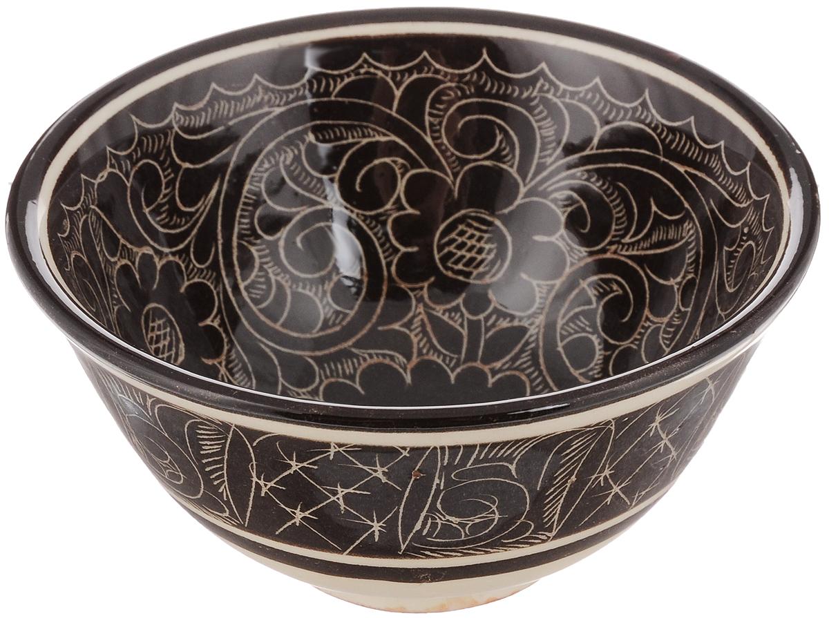 Пиала Sima-land Риштан, цвет: коричневый, молочный, 200 мл1224578_коричневыйПиала Sima-land Риштан изготовлена из высококачественной керамики. Внешние стенки оформлены красочным изображением. Изделие прекрасно подойдет для подачи салата или мороженого. Благодаря изысканному дизайну, такая пиала станет бесспорным украшением вашего стола. Она дополнит коллекцию кухонной посуды и будет служить долгие годы. Диаметр пиалы по верхнему краю: 9,5 см. Диаметр основания: 4 см. Высота пиалы: 5,5 см.