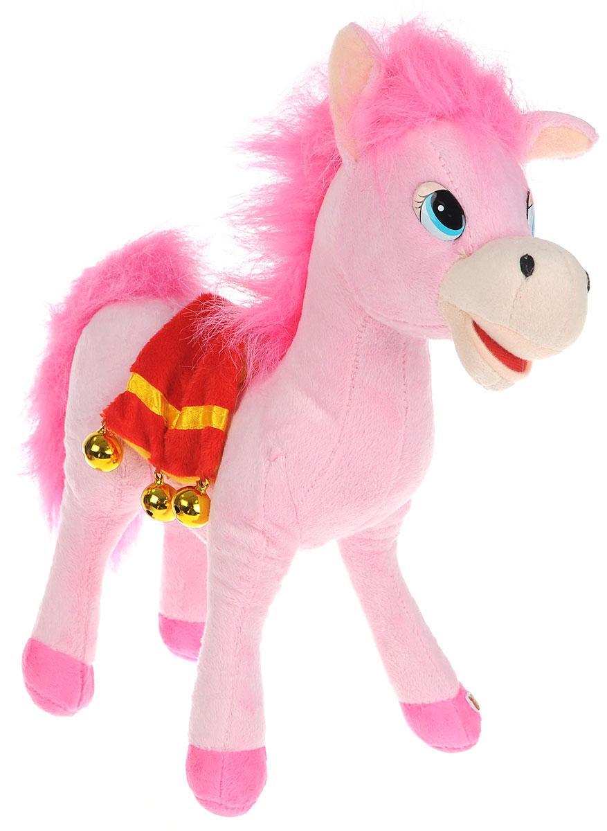 Мульти-Пульти Мягкая озвученная игрушка Лошадка цвет розовый 30 смF9-W1224_розовыйМягкая озвученная игрушка Мульти-Пульти Лошадка вызовет улыбку у каждого, кто ее увидит! Она выполнена в виде забавной лошадки с густой гривой и большим хвостом, украшенной седлом с колокольчиками. Туловище игрушки - мягконабивное, глазки - пластиковые. Если нажать игрушке на животик, лошадка будет рассказывать стихи. Игрушка подарит своему обладателю хорошее настроение! Лошадка помогает малышу познавать окружающий мир через тактильные ощущения, знакомит его с животным миром планеты, формирует цветовосприятие и способствуют концентрации внимания. Для работы игрушки необходимы 3 батарейки типа AG13 (LR44) (товар комплектуется демонстрационными).