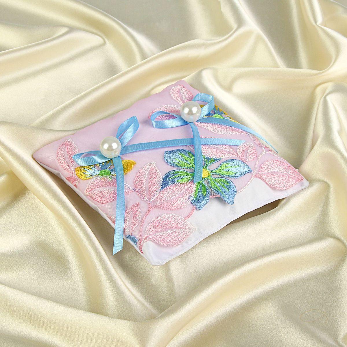 Подушка для колец Sima-land, цвет: розовый. 11618581161858Подушка для колец розовая, бантики добавит торжественности в грандиозный момент обмена символами любви и передаст всем присутствующим романтическое настроение влюблённой пары. Подарите себе великолепное настроение и превратите свою свадьбу в самое счастливое воспоминание.