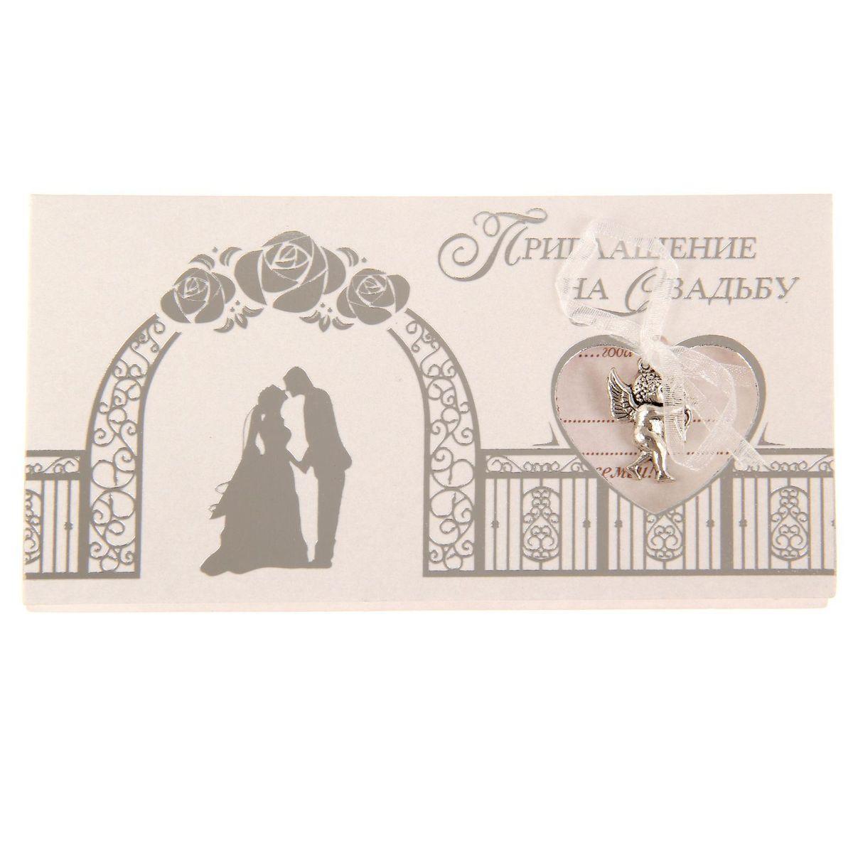 Приглашение на свадьбу Sima-land Жених и невеста, 13 х 7 см1177999Свадьба - одно из главных событий в жизни каждого человека. Для идеального торжества необходимо продумать каждую мелочь. Родным и близким будет приятно получить индивидуальную красивую открытку с эксклюзивным дизайном. Приглашение Sima-land Жених и невеста, выполненное в форме горизонтальной открытки, декорировано подвеской из металла с бантом. Внутри располагается текст приглашения, свободные поля для имени получателя, времени, даты и адреса проведения мероприятия. Заполните необходимые строки и раздайте приглашение гостям. Устройте незабываемую свадьбу с приглашением Sima-land Жених и невеста!