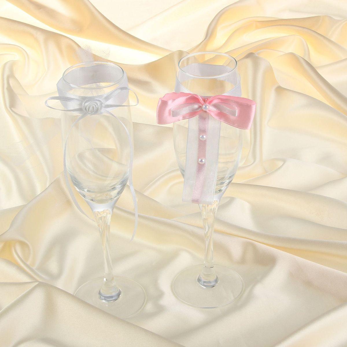 Sima-land Комплект декора на бокалы, бантики розовый и цветок белый833982Декор на бокалы, - то, без чего не проходит ни одна церемония бракосочетания. Изысканный и утонченный аксессуар будет выигрышно смотреться в зале регистрации и за банкетным столом. Этот символ можно сохранить и на последующие годовщины свадьбы, украсив им бокал шампанского и вспоминая счастливый день.