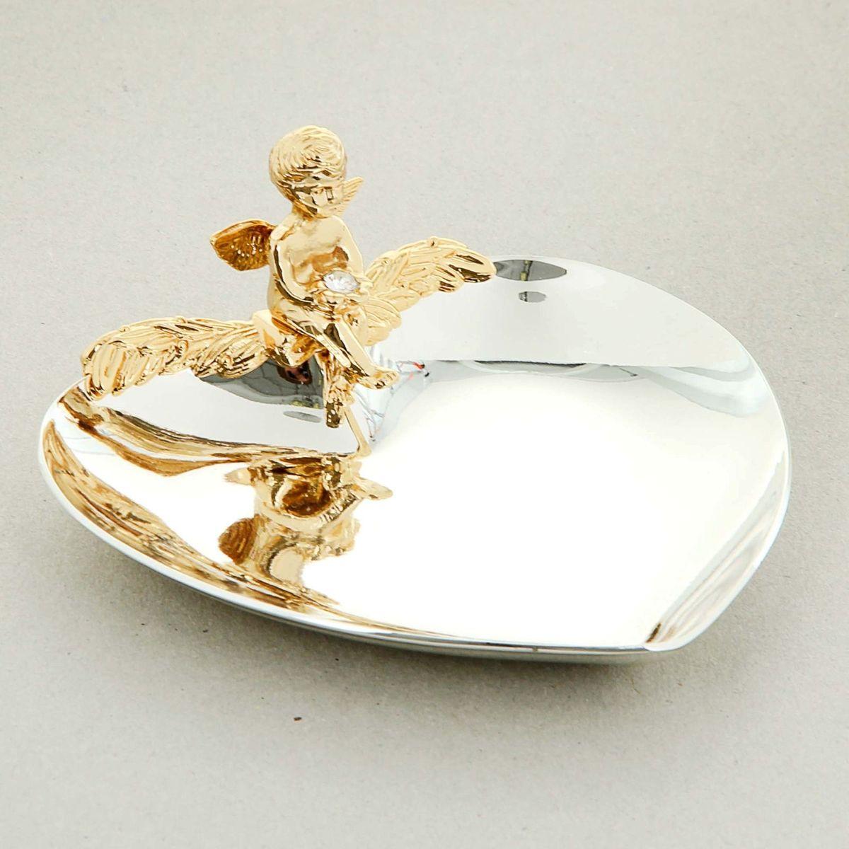 Swarovski Elements Блюдце для колец с ангелом и хрусталиками сваровски867621Главный символ новой семьи – обручальные кольца - требуют особого обращения. К ним, согласно русским обычаям, не должен прикасаться никто кроме молодоженов и матери жениха, которая до бракосочетания должна хранить кольца в своем доме. Чтобы никто из посторонних, поднося кольца, не прикоснулся к ним, нужно блюдце или подушечка.