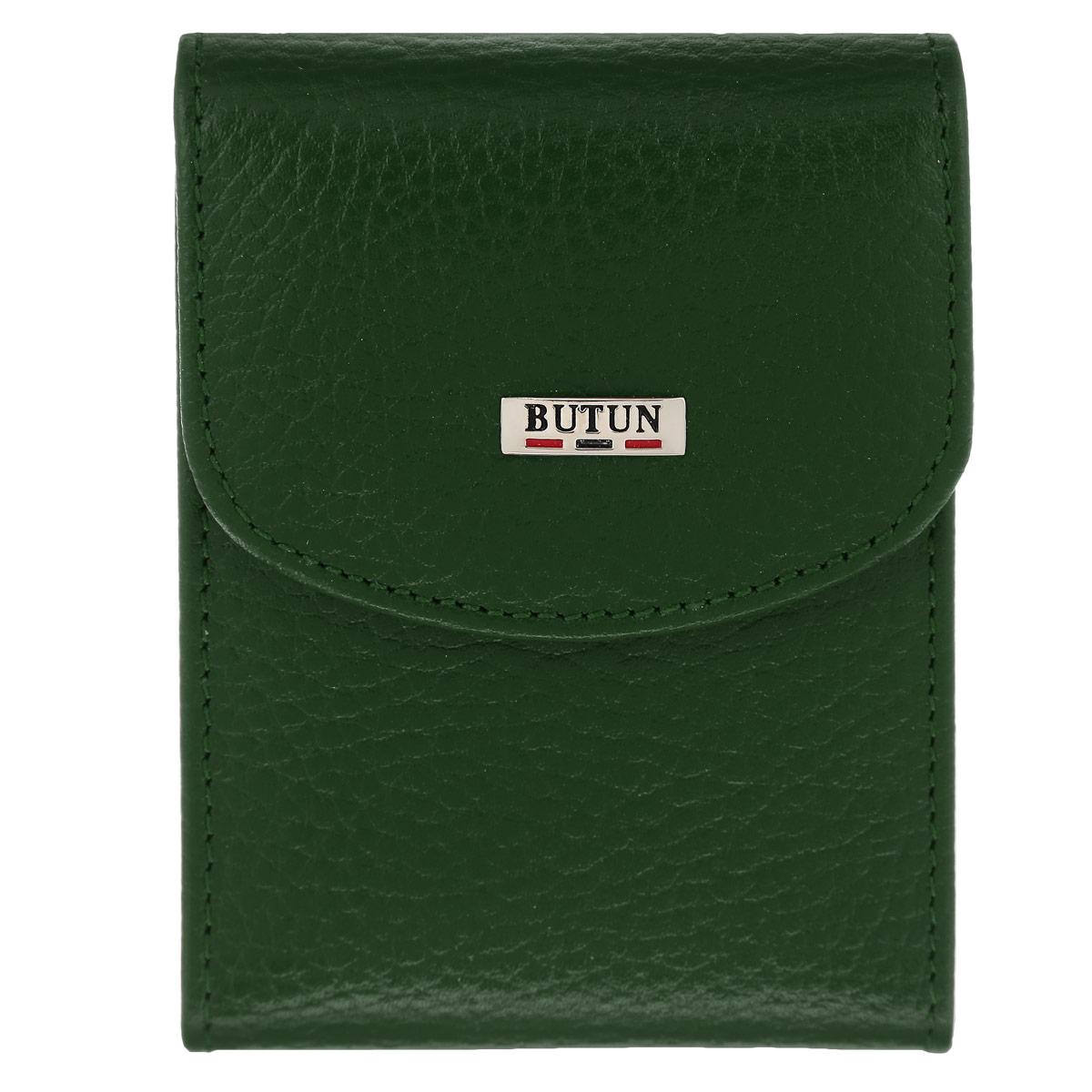 Футляр для визиток Butun, цвет: зеленый. 833-004 075833-004 075Футляр для визиток Butun - это яркий и стильный аксессуар для бизнеса, необходимый каждому современному человеку. Он позволит хранить ваши визитки, дисконтные и банковские карты в одном месте, и надежно сбережет их от повреждений, пыли и влаги. Футляр выполнен из натуральной кожи с подкладкой из шелка. Футляр включает в себя основной блок, состоящий из 10 прозрачных двусторонних пластиковых кармашков для карт. На внутренней стороне обложки расположены два дополнительных прозрачных кармашка. Футляр закрывается на практичный клапан с кнопкой. Футляр для визиток Butun станет великолепным подарком ценителю современных практичных вещей. Высокое качество исполнения и блестящий дизайн, сочетающий классический стиль с элегантным оформлением, сделают его отличным подарком для любого человека, ценящего свой комфорт. Изделие упаковано в фирменную коробку с логотипом фирмы Butun.