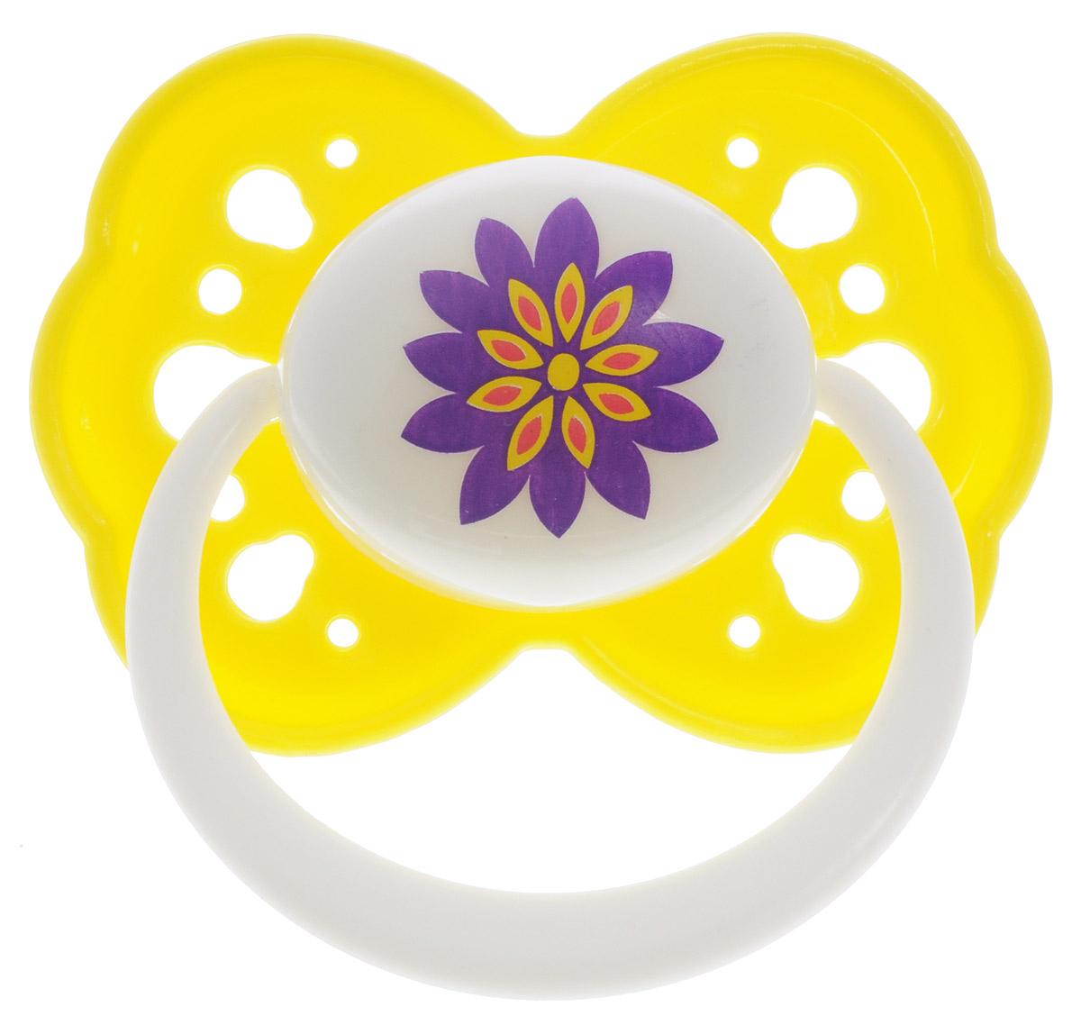 Lubby Пустышка силиконовая Малыши и малышки от 0 месяцев цвет желтый11401_желтыйПустышка силиконовая Lubby Малыши и малышки предназначена для детей от 0 месяцев. Удобная силиконовая соска пустышки не обладает вкусом и запахом, что делает ее наиболее приемлемой для малыша. Силикон - это мягкий и прозрачный материал, который не липнет и легко моется. Такая соска прочна и прослужит долго, не потеряв со временем форму и цвет. Форма соски учитывает строение и естественное развитие неба, зубов и десен малыша и гарантирует комфорт, даже если пустышка перевернется во рту. Предохранительное кольцо-держатель позволяет в любой момент легко вынуть пустышку. В комплекте пустышка с гигиеническим колпачком.