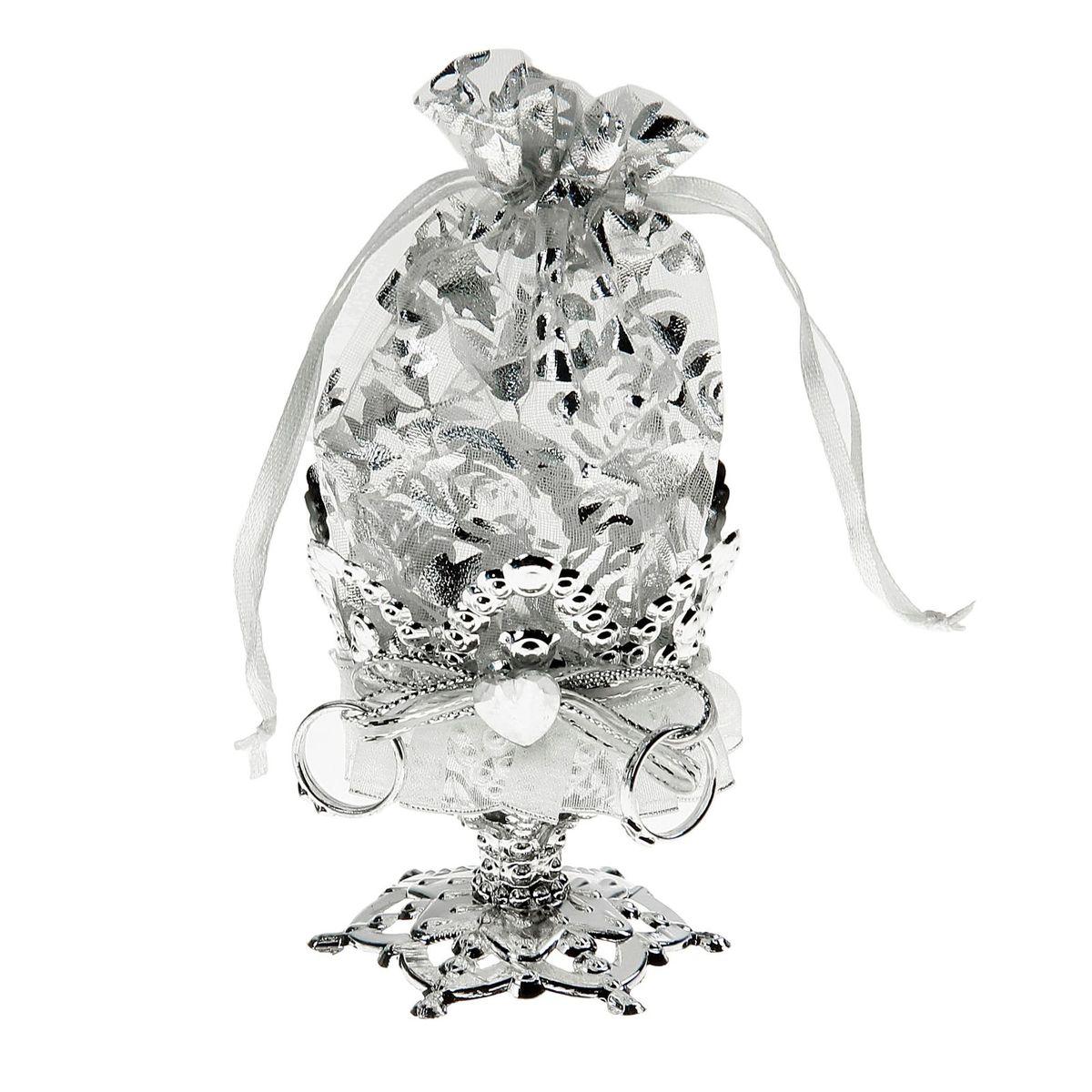 Бонбоньерка Sima-land Сердечки, цвет: серебро, 7 x 7 x 14 см1023254Очень красивая традиция современной свадьбы, пришедшая к нам с Запада, — дарить гостям бонбоньерки с угощениями в знак благодарности тому, кто пришел на свадьбу. Как правило, приглашённых угощают миндалём, конфетами или марципанами, но фантазировать можно сколько угодно! Бонбоньерка Сердечки, цвет серебро — это необычная конфетница с эффектным дизайном, куда можно спрятать угощение для дорогих вашему сердцу людей. Она завершит свадебное торжество, и оставит гостей в полном восторге.