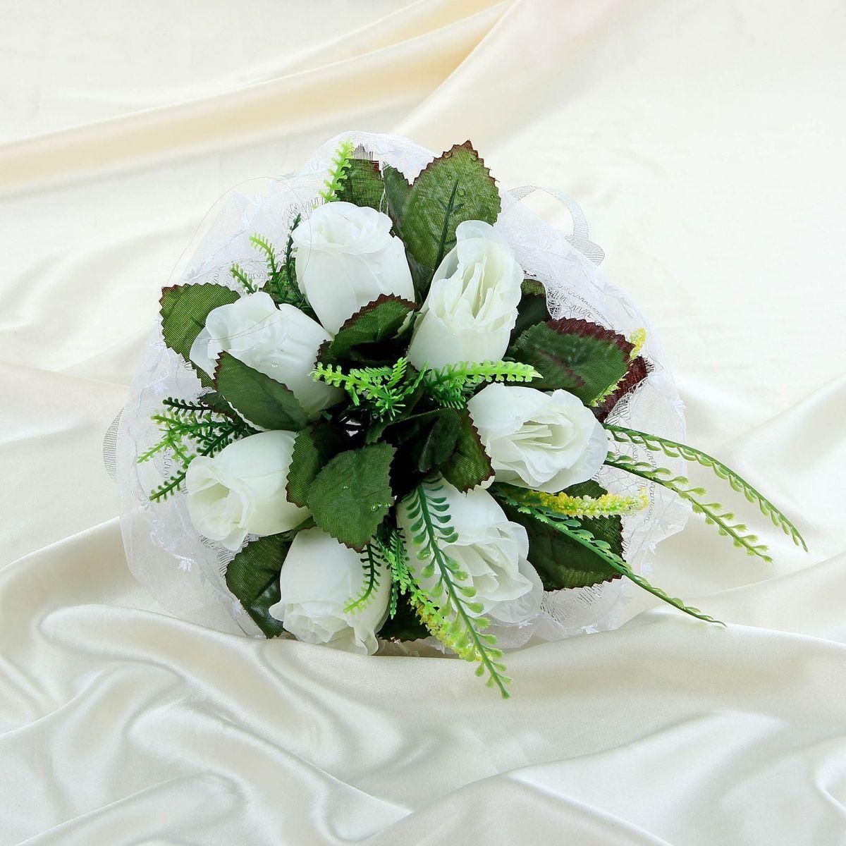Sima-land Букет-дублер с розами с органзой, цвет: белый. 11203221120322Современные невесты используют букеты из искусственных материалов, потому что они легче, дешевле и не рассыпаются в полете. Ведь для многих незамужних подружек поймать букет на свадьбе — шанс осуществления заветной мечты. Кроме свадебной тематики изделие используют для фотосессий, так как оно не утрачивает праздничный вид даже в непогоду, и как элемент украшения интерьера. Многие рестораны и отели на выставках и праздниках предпочитают использовать украшения из неувядающих цветов. Оригинальный букет будет в центре внимания на торжественном событии и оставит самые яркие впечатления.