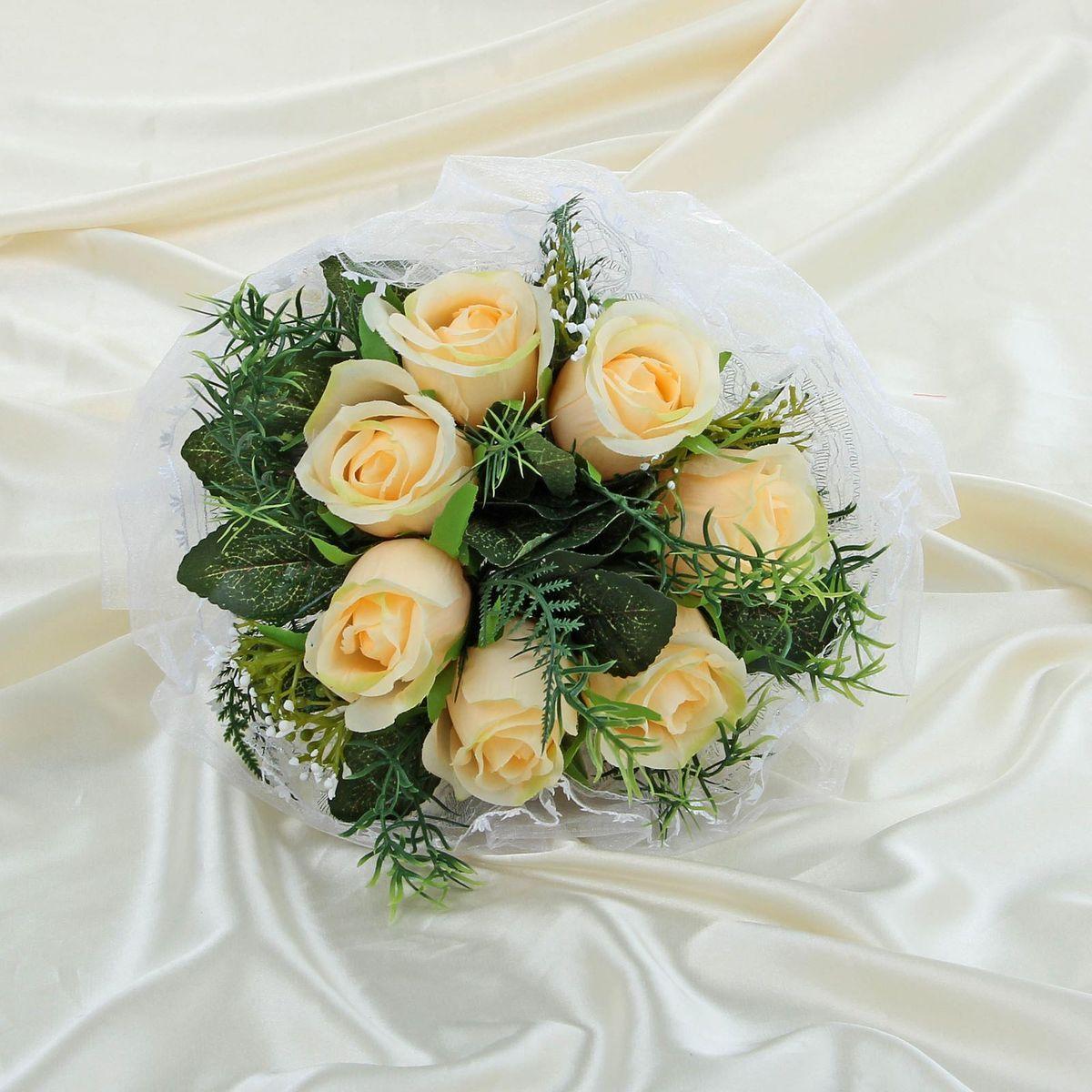 Sima-land Букет-дублер с розами с органзой, цвет: бежевый. 11203231120323Современные невесты используют букеты из искусственных материалов, потому что они легче, дешевле и не рассыпаются в полете. Ведь для многих незамужних подружек поймать букет на свадьбе — шанс осуществления заветной мечты. Кроме свадебной тематики изделие используют для фотосессий, так как оно не утрачивает праздничный вид даже в непогоду, и как элемент украшения интерьера. Многие рестораны и отели на выставках и праздниках предпочитают использовать украшения из неувядающих цветов. Оригинальный букет будет в центре внимания на торжественном событии и оставит самые яркие впечатления.