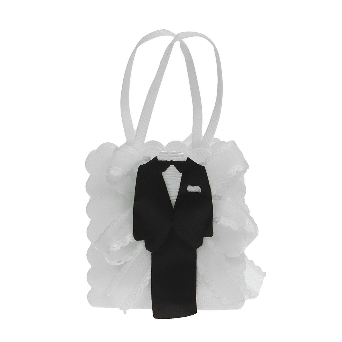 Бонбоньерка Sima-land Жених и невеста, цвет: белый, 3 x 7,5 x 8,5 см1173849Свадебные аксессуары — это финальный аккорд в оформлении праздника. Бонбоньерка Жених и невеста — атрибут, который поможет в создании стиля помещения, общей цветовой гаммы и усилит впечатления от главного дня в жизни любой пары. Изящный аксессуар придаст вашему торжеству зрелищности и яркости, создав нужное настроение. В яркую сумочку вы сможете упаковать сладкое угощение для своих гостей, например конфетки. Этот сувенир станет приятным сюрпризом для дорогих сердцу людей, символом вашей благодарности и заботы о них.