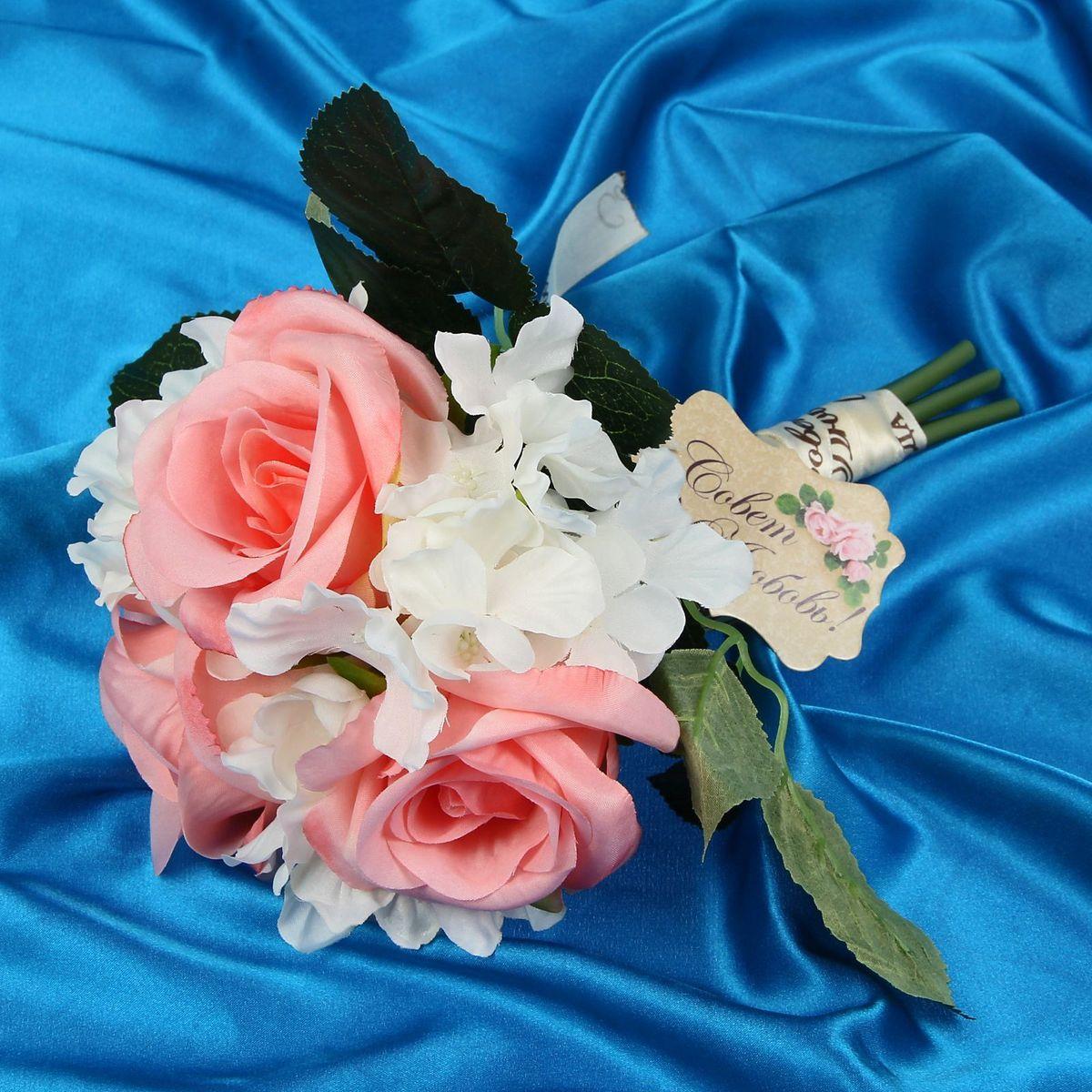Букет-дублер Sima-land Нежность, цвет: розовый1212624Свадьба — одно из главных событий в жизни человека. В такой день всё должно быть безупречно, особенно букет невесты. Но кидать, по старой традиции, цветочную композицию подругам не всегда удобно, и на помощь приходит букет-дублер Нежность розы, гортензии — красивый и яркий аксессуар. Стебли оформлены лентой с надписью Совет да любовь. Букет дополнен шильдом с тёплым пожеланием. После торжества он украсит любой интерьер, ведь нежные цветы из текстиля не завянут и не помнутся.