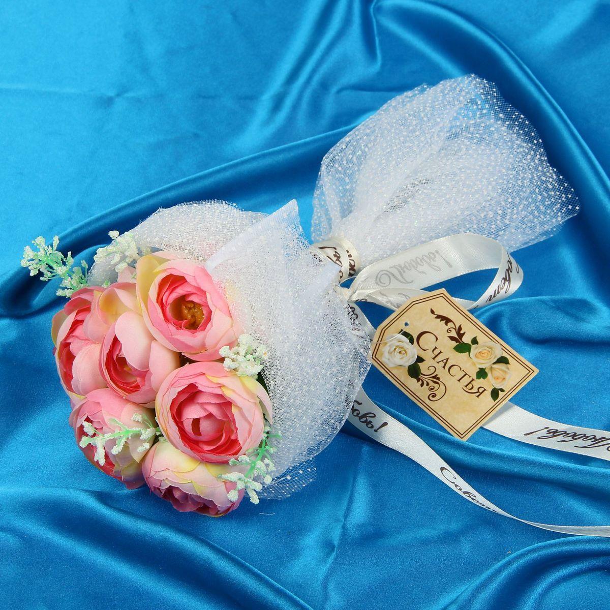 Букет-дублер Sima-land Романтик, цвет: белый, розовый1212625Свадьба — одно из главных событий в жизни человека. В такой день всё должно быть безупречно, особенно букет невесты. Но кидать, по старой традиции, цветочную композицию подругам не всегда удобно, и на помощь приходит букет-дублер Романтик чайные розы — красивый и яркий аксессуар. Стебли оформлены лентой с надписью Совет да любовь. Букет дополнен шильдом с тёплым пожеланием. После торжества он украсит любой интерьер, ведь нежные цветы из текстиля не завянут и не помнутся.