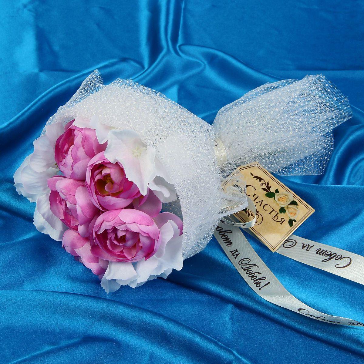 Букет-дублер Sima-land Прованс чайные розы, гортензии, цвет: белый, розовый1212627Свадьба — одно из главных событий в жизни человека. В такой день всё должно быть безупречно, особенно букет невесты. Но кидать, по старой традиции, цветочную композицию подругам не всегда удобно, и на помощь приходит букет-дублер Прованс чайные розы, гортензии — красивый и яркий аксессуар. Стебли оформлены лентой с надписью Совет да любовь. Букет дополнен шильдом с тёплым пожеланием. После торжества он украсит любой интерьер, ведь нежные цветы из текстиля не завянут и не помнутся.