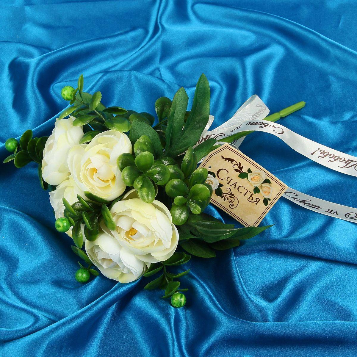 Букет-дублер Sima-land Загадка, цвет: белый, зеленый1212628Свадьба — одно из главных событий в жизни человека. В такой день всё должно быть безупречно, особенно букет невесты. Но кидать, по старой традиции, цветочную композицию подругам не всегда удобно, и на помощь приходит букет-дублер Загадка чайные розы — красивый и яркий аксессуар. Стебли оформлены лентой с надписью Совет да любовь. Букет дополнен шильдом с тёплым пожеланием. После торжества он украсит любой интерьер, ведь нежные цветы из текстиля не завянут и не помнутся.
