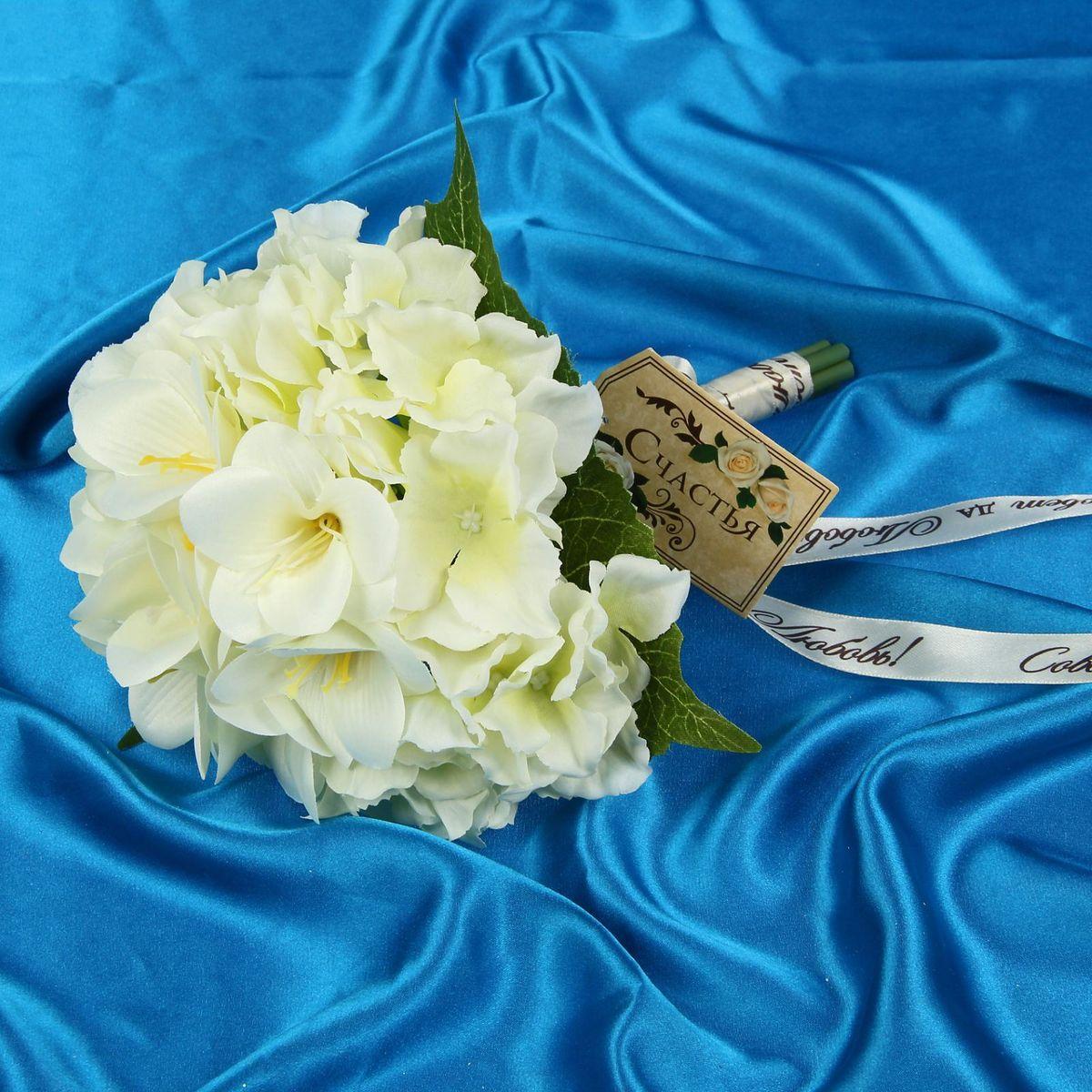 Sima-land Букет-дублер Вкус к жизни лилии, гортензии, цвет: белый. 12126321212632Современные невесты используют букеты из искусственных материалов, потому что они легче, дешевле и не рассыпаются в полете. Ведь для многих незамужних подружек поймать букет на свадьбе — шанс осуществления заветной мечты. Кроме свадебной тематики изделие используют для фотосессий, так как оно не утрачивает праздничный вид даже в непогоду, и как элемент украшения интерьера. Многие рестораны и отели на выставках и праздниках предпочитают использовать украшения из неувядающих цветов. Оригинальный букет будет в центре внимания на торжественном событии и оставит самые яркие впечатления.