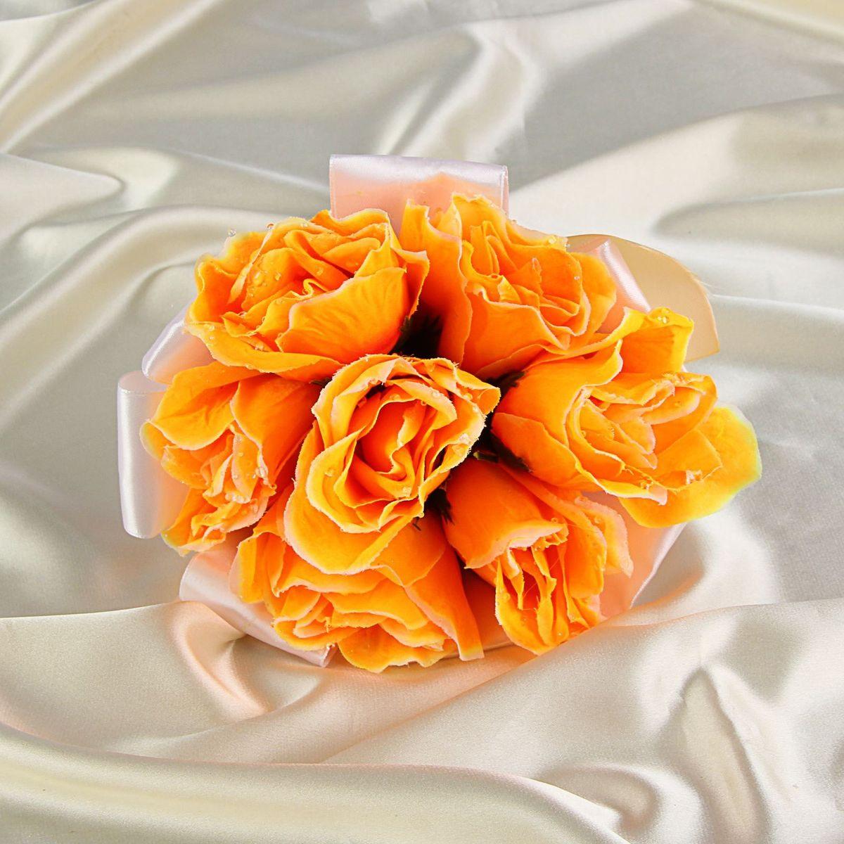 Sima-land Букет-дублер невесты, цвет: оранжевый. 12511741251174Современные невесты используют букеты из искусственных материалов, потому что они легче, дешевле и не рассыпаются в полете. Ведь для многих незамужних подружек поймать букет на свадьбе — шанс осуществления заветной мечты. Кроме свадебной тематики изделие используют для фотосессий, так как оно не утрачивает праздничный вид даже в непогоду, и как элемент украшения интерьера. Многие рестораны и отели на выставках и праздниках предпочитают использовать украшения из неувядающих цветов. Оригинальный букет будет в центре внимания на торжественном событии и оставит самые яркие впечатления.